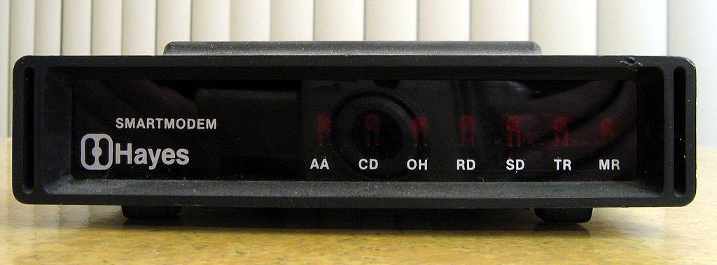 Et Hayes Smartmodem fra 1981. Overføringshastigheten var på 300 bits per sekund. De fleste leser mye raskere enn dette. Foto: Wikipedia / CC-Attribution