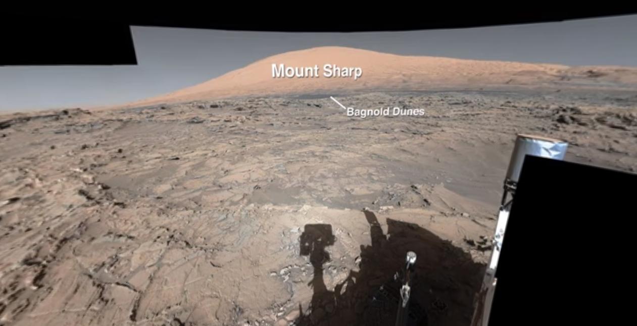 Curiosity nærmer seg Mount Sharp, som du kan se i bakgrunnen.