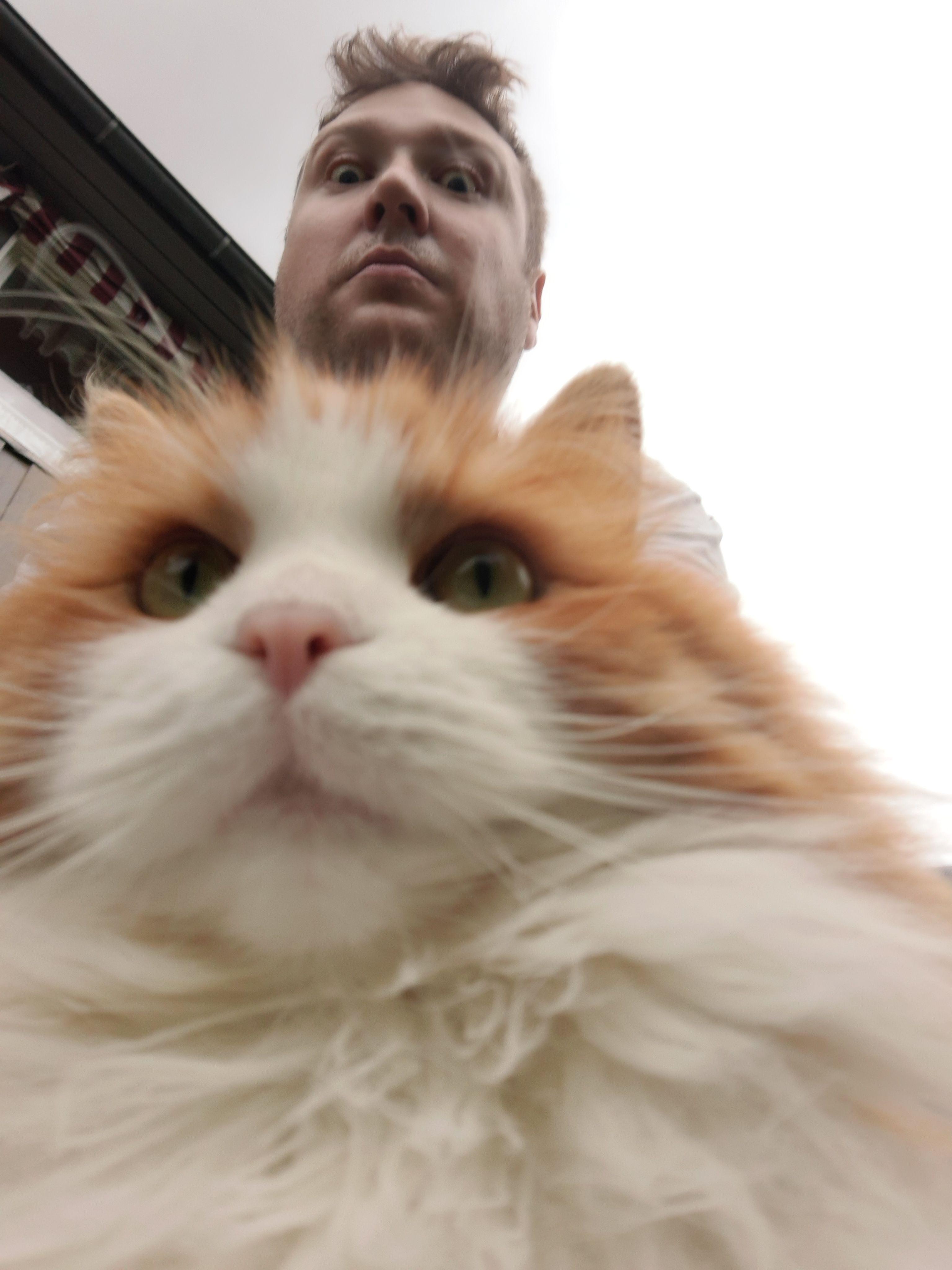 Jepp, den har selfie-kamera også.