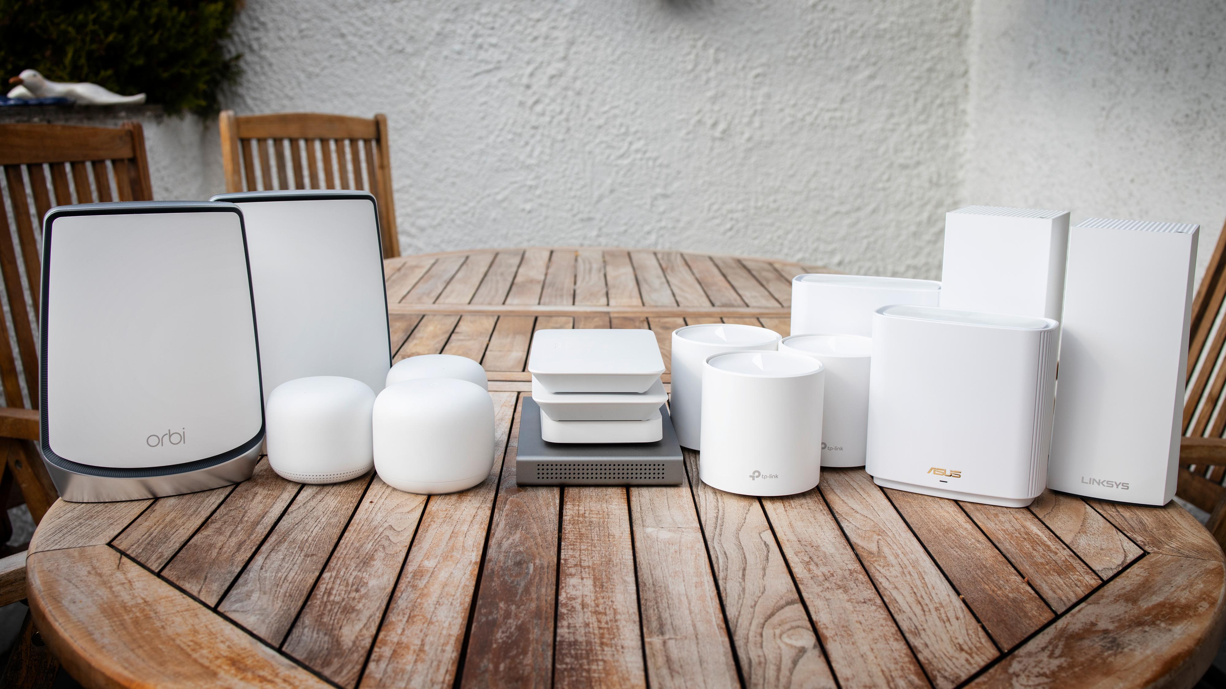 Syv mesh-sett, hvorav fem støtter Wi-Fi 6, har vært satt på prøve. Fra venstre Netgear Orbi, Google Nest Wifi, Cisco Meraki Go, TP-Link Deco X60, Asus ZenWifi XT8 og Linksys MX10.
