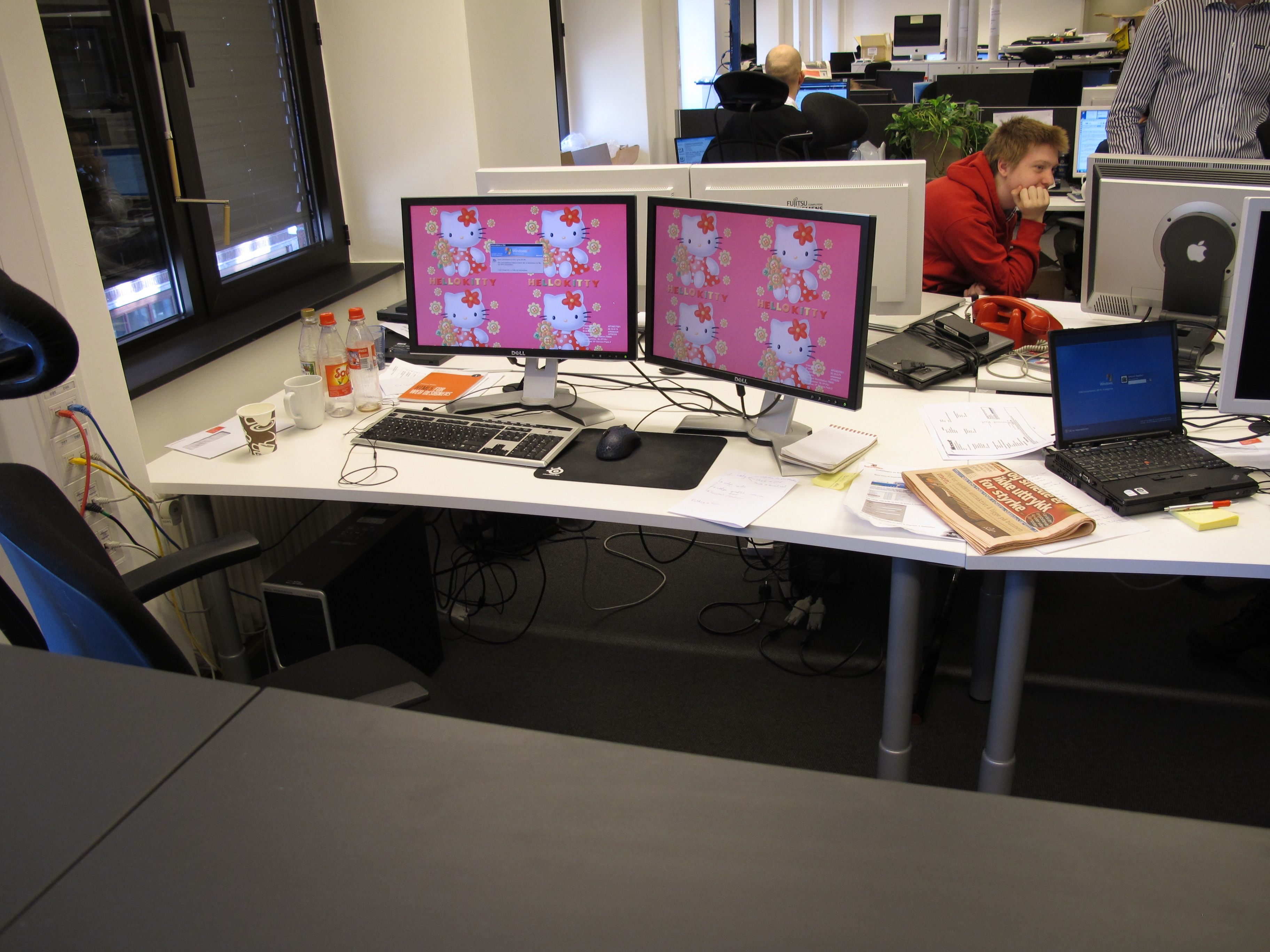 """Her er en av utviklerne sin arbeidsplass, som dere kan se er det ikke bare Jørgen som har blitt utsatt for """"Hello Kitty""""-terror."""