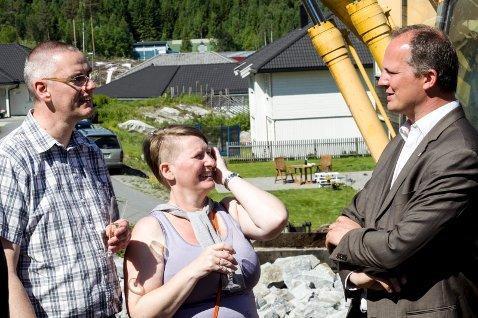 Jens og Jytte Dein føler seg heldige som får være med på et nytt boligkonsept. Ketil Solvik-Olsen følger prosjektet nøye.Foto: Tom Gustavsen
