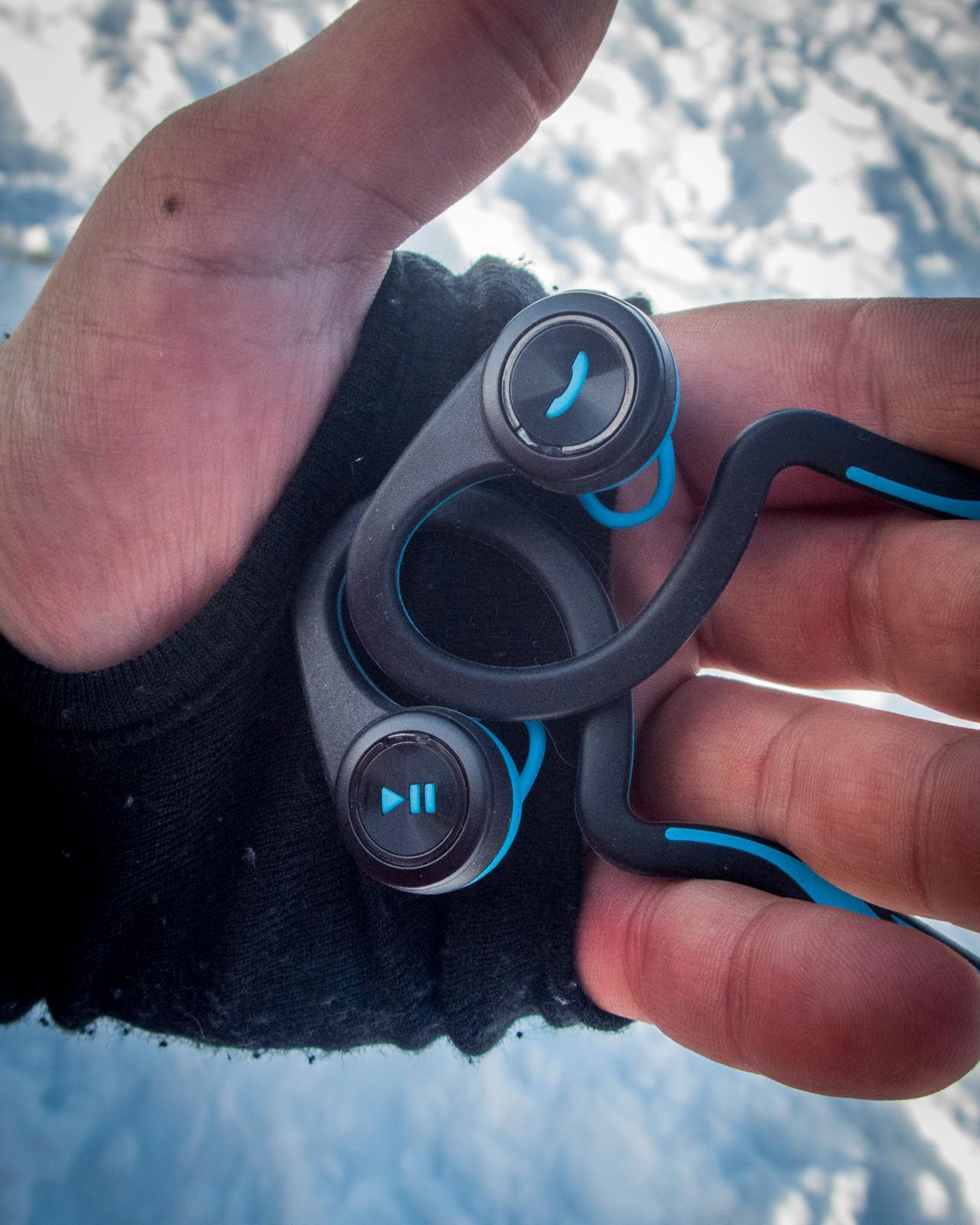 Hver øreplugg har to knapper, én stor «hovedknapp» (med merke) med en mindre knapp over.