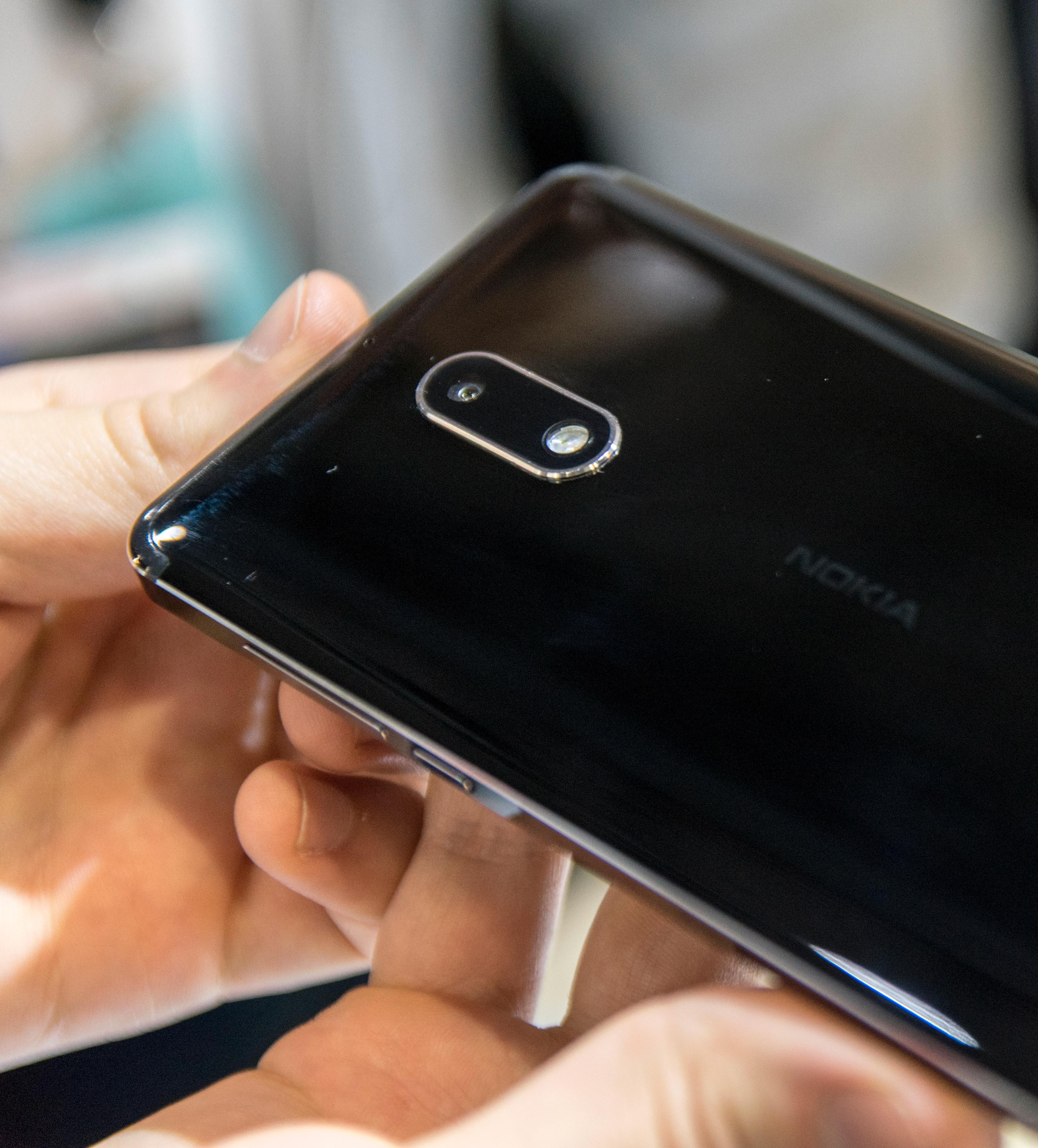 Nokia 6 i spesialutgave er er en speilblank fingeravtrykksmagnet, men den så enda noen hakk fjongere ut enn de andre variantene. Som regel blir mobilene greit pusset av stadige turer opp og ned av lommene uansett.