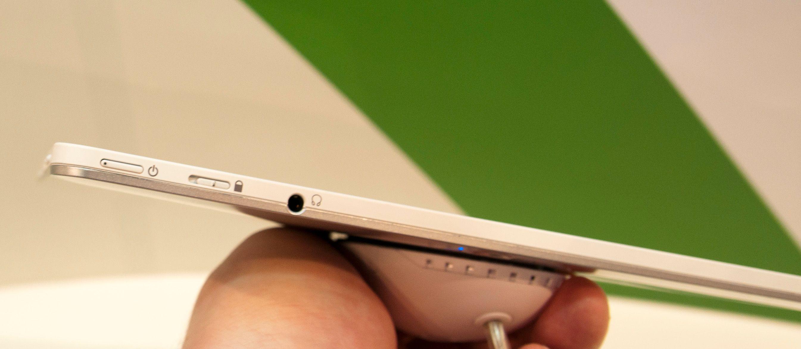Av- og på-knap finner du øverst. Her er også bryter for lås og utgang til hodetelefoner.