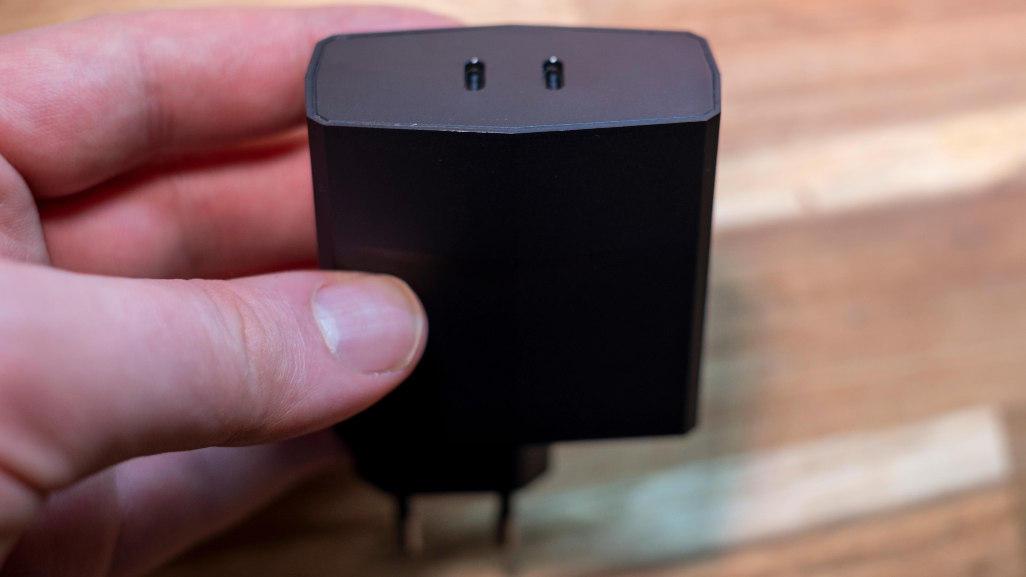 En fysisk voksen lader med to USB-C-tilkoblinger følger med. Den kan lade to USB-C-produkter samtidig, eller så kan den lade Legion Duel ekstra fort med en kabel til hver ladeport.