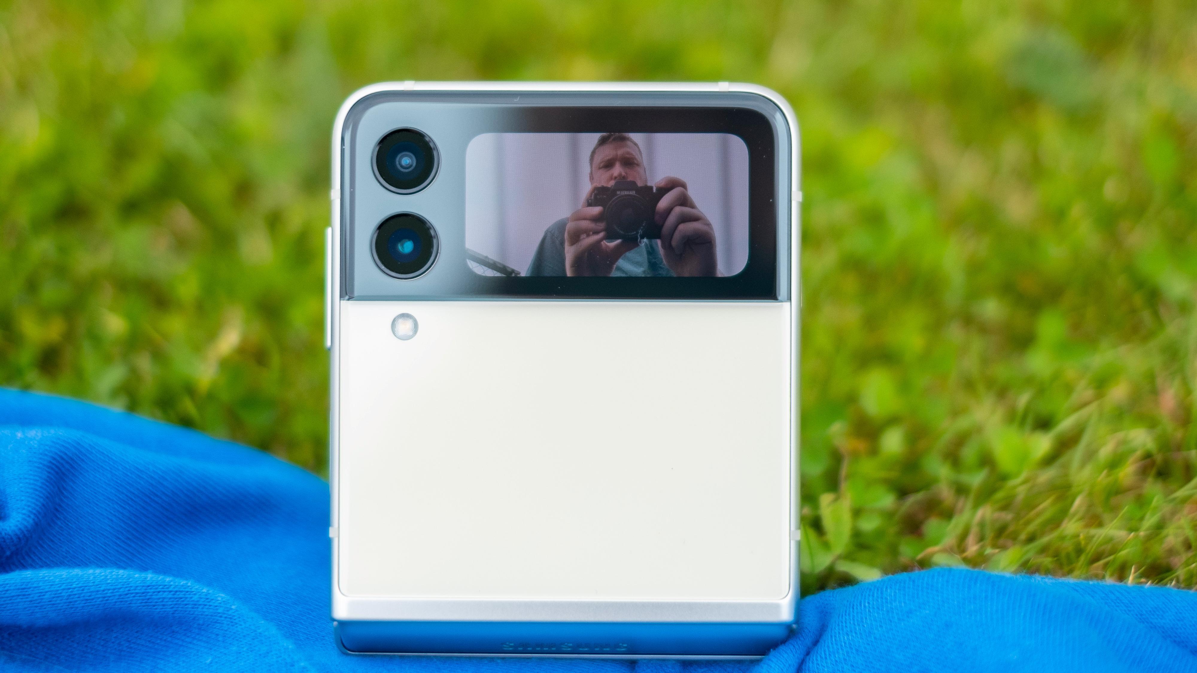 Du kan fint ta selfier med ytterkameraet og bruke den eksterne skjermen som søker.