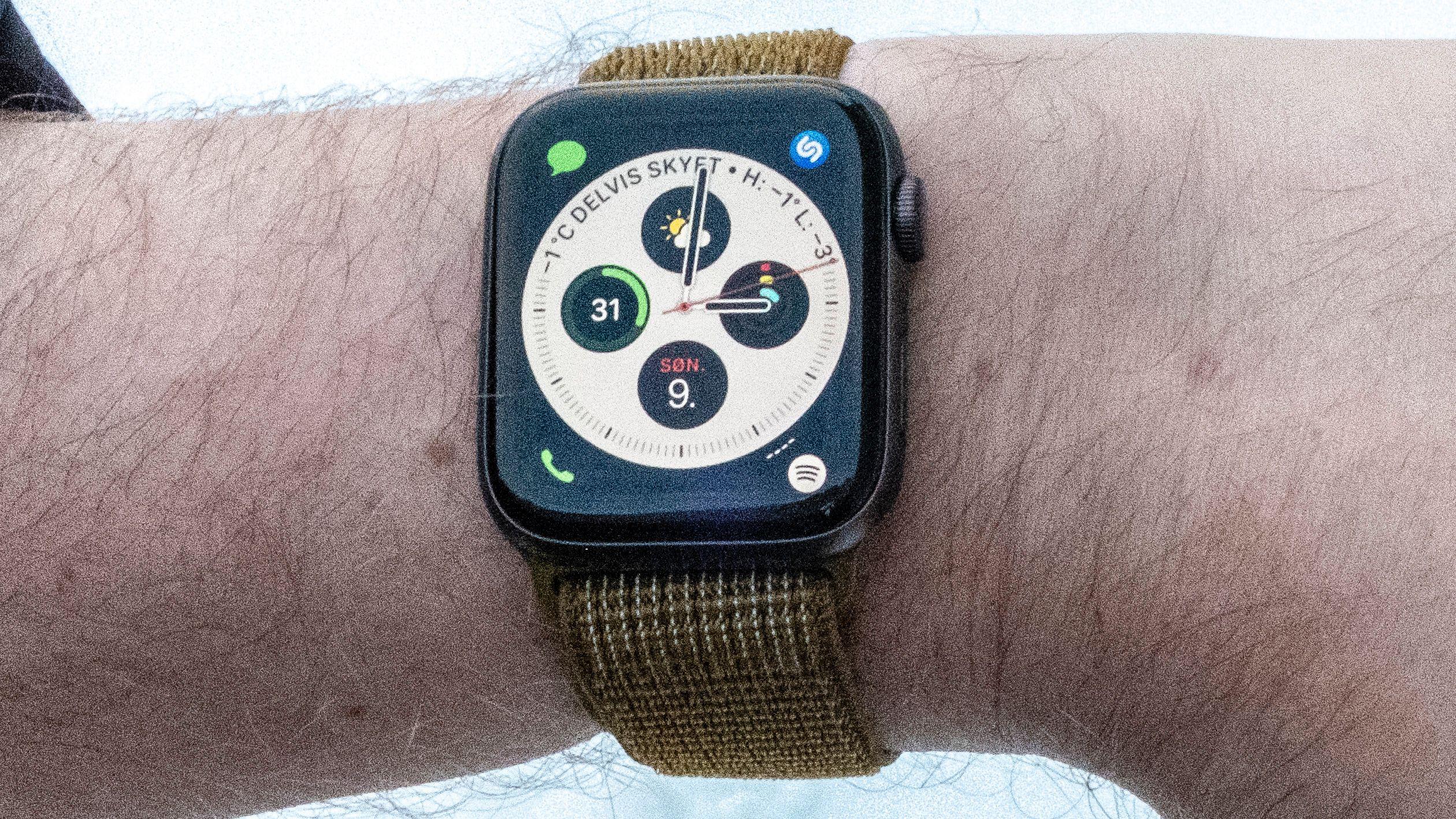 Mange ting i Apple Watch bruker strøm – alt fra pulsmåling til GPS og prosessor trekker strøm. Hvor mye bedre batteritiden kan bli av bedre skjerm avhenger av hvor stor andel dagens skjerm trekker.