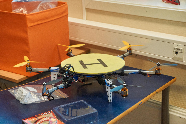 GAMLE KJENTE: Dette var dronen som ble brukt for å gjøre salto med det løse brusglasset.