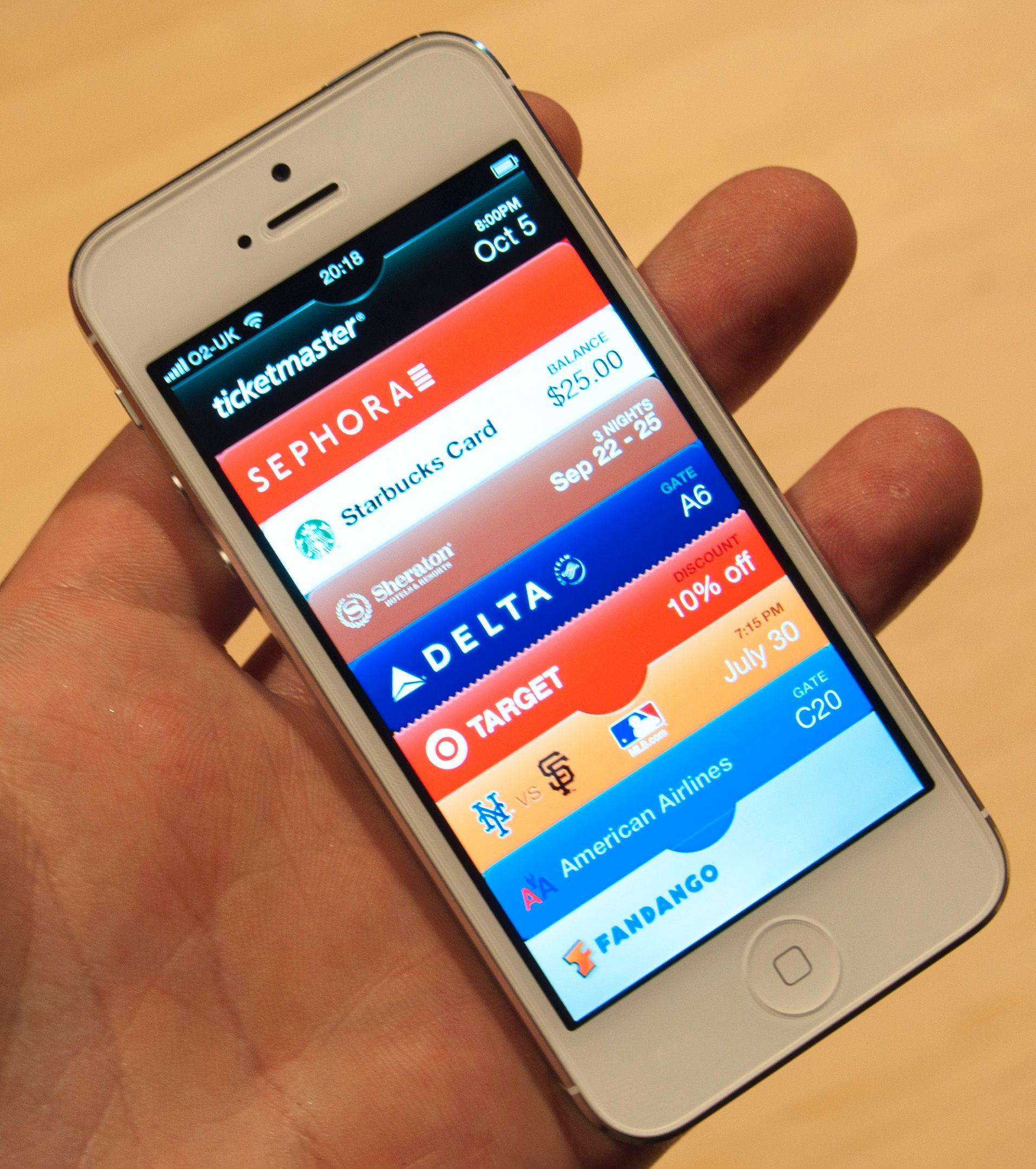 Passbook holder oversikt over billettene dine. Dersom du nærmer deg flyplassen kan telefonen automatisk hente frem boardingkortet ditt. Om funksjonen vil virke i Norge er ukjent.