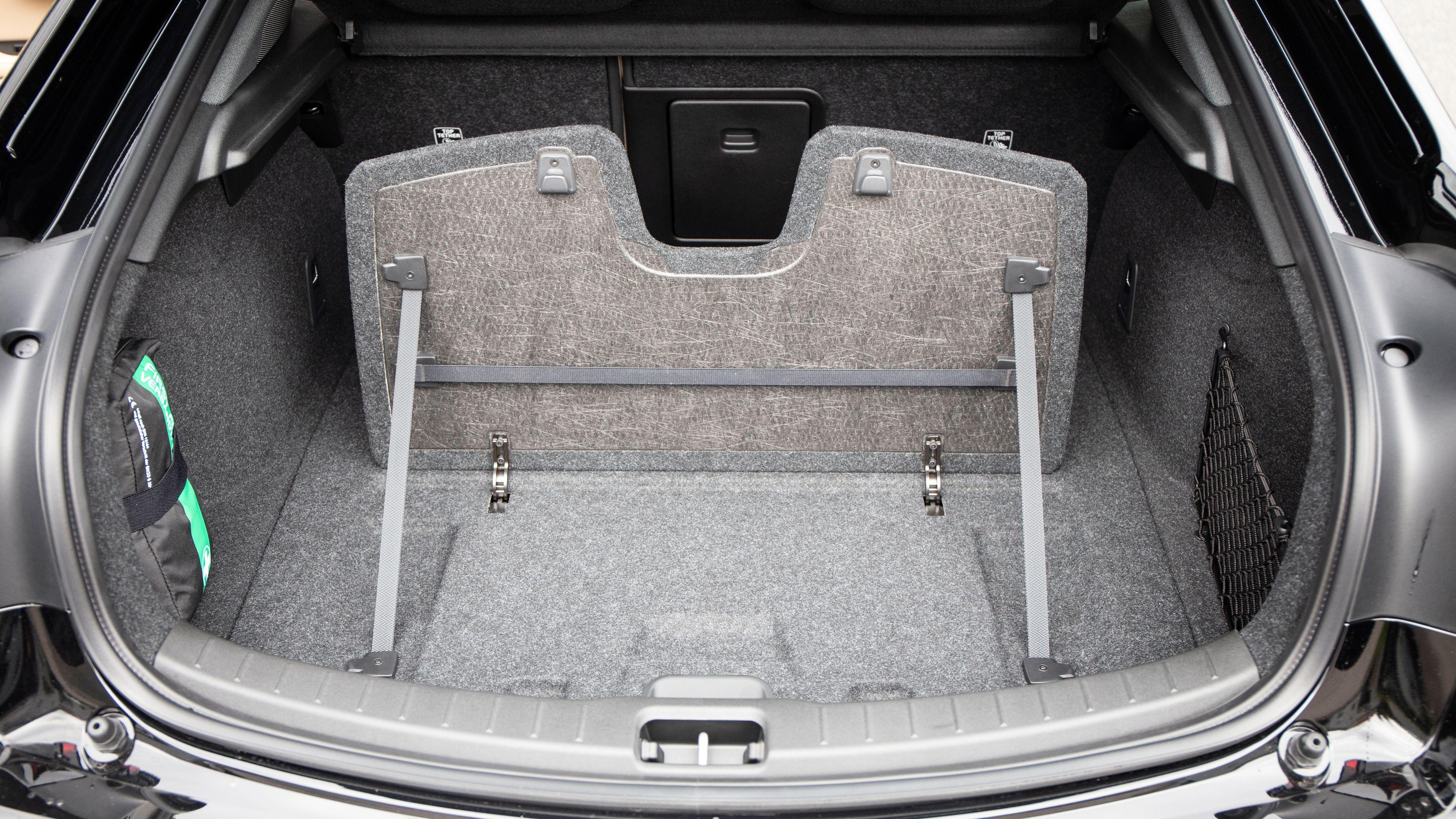 En klaff lar deg dele bagasjerommet i to, og eventuelt feste handleposer med en strikk.