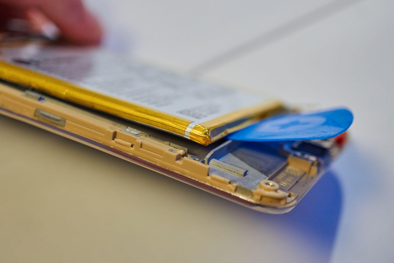 Å lirke ut batterier er en risikabel affære. Du vil ikke bøye batteriet, og du vil defintivt ikke punktere det.