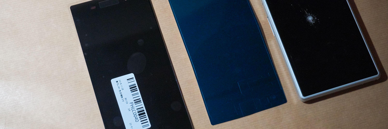 Her sees telefonen (høyre), den nye skjermen (venstre) og det spesialskårede limet (midten) ved siden av hverandre.