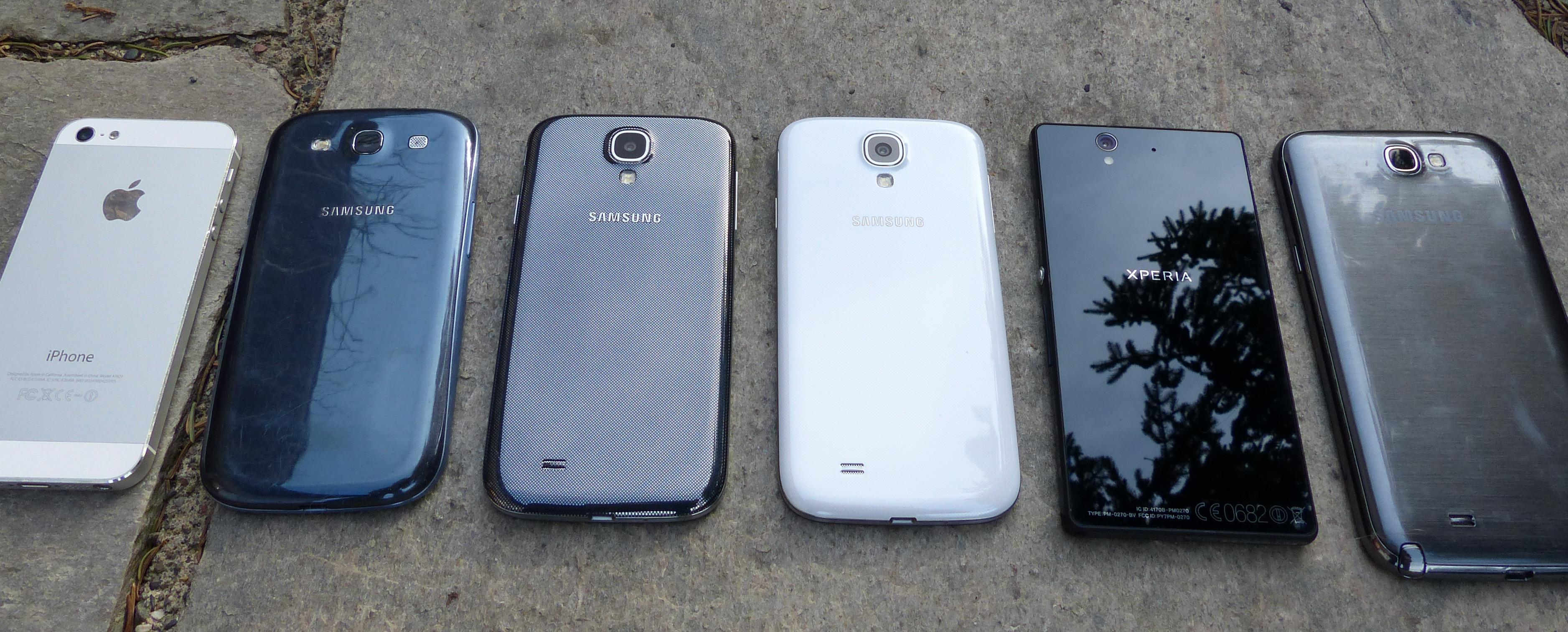 ... derfor tar vi med dette arkivbildet. iPhone 5 er akkurat like stor som iPhone 5S, og her ligger den sammen med blant annet Samsung Galaxy S4 og Sony Xperia Z.Foto: Finn Jarle Kvalheim, Amobil.no