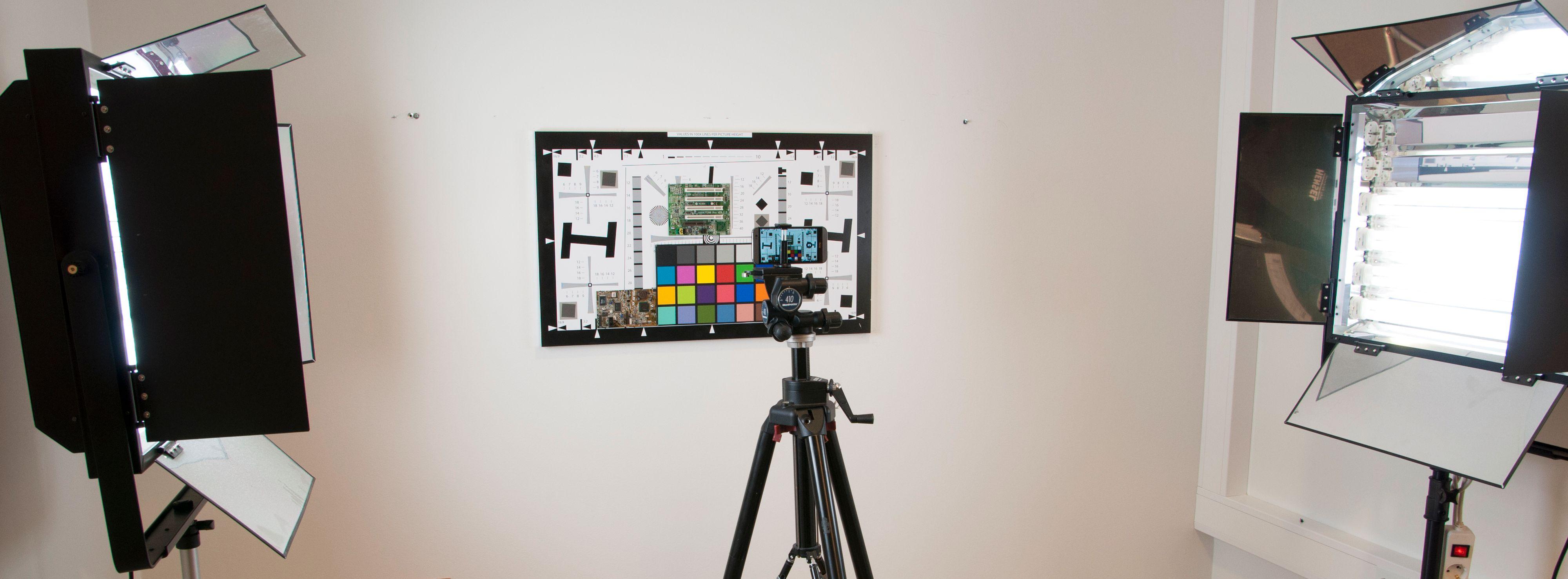 For å få statiske målinger fra telefonene, tok vi bilde av testplansjen vår.