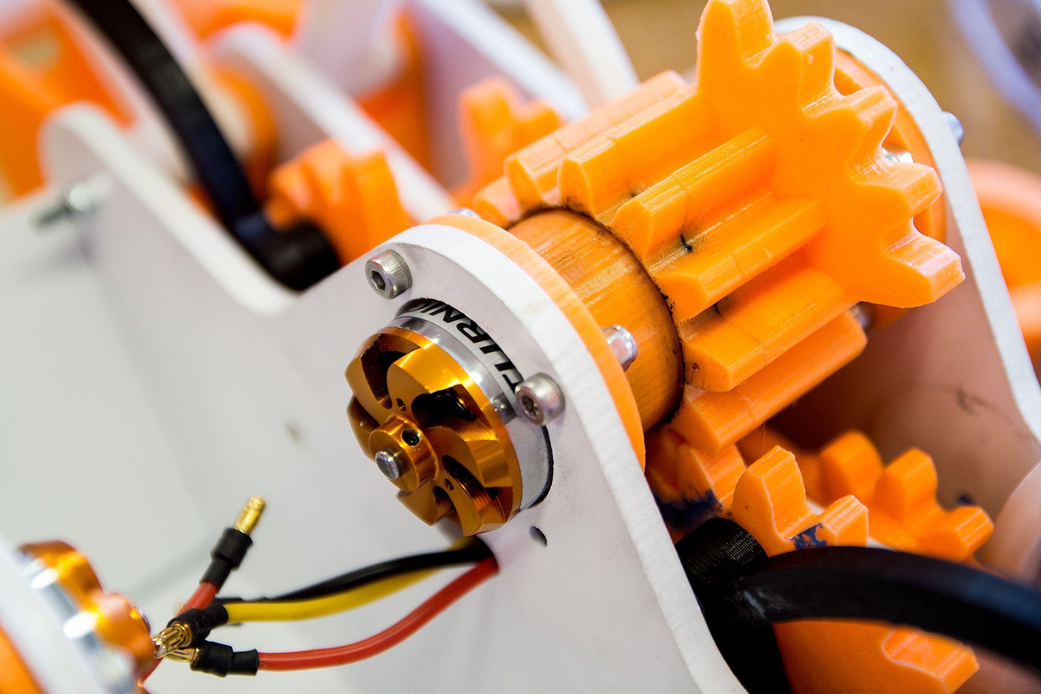 Kompliserte tannhjul, skrevet ut og utstyrt med en liten elektromotor, gjør at denne roboten kan bevege seg på egen hånd.Foto: Varg Aamo, Hardware.no