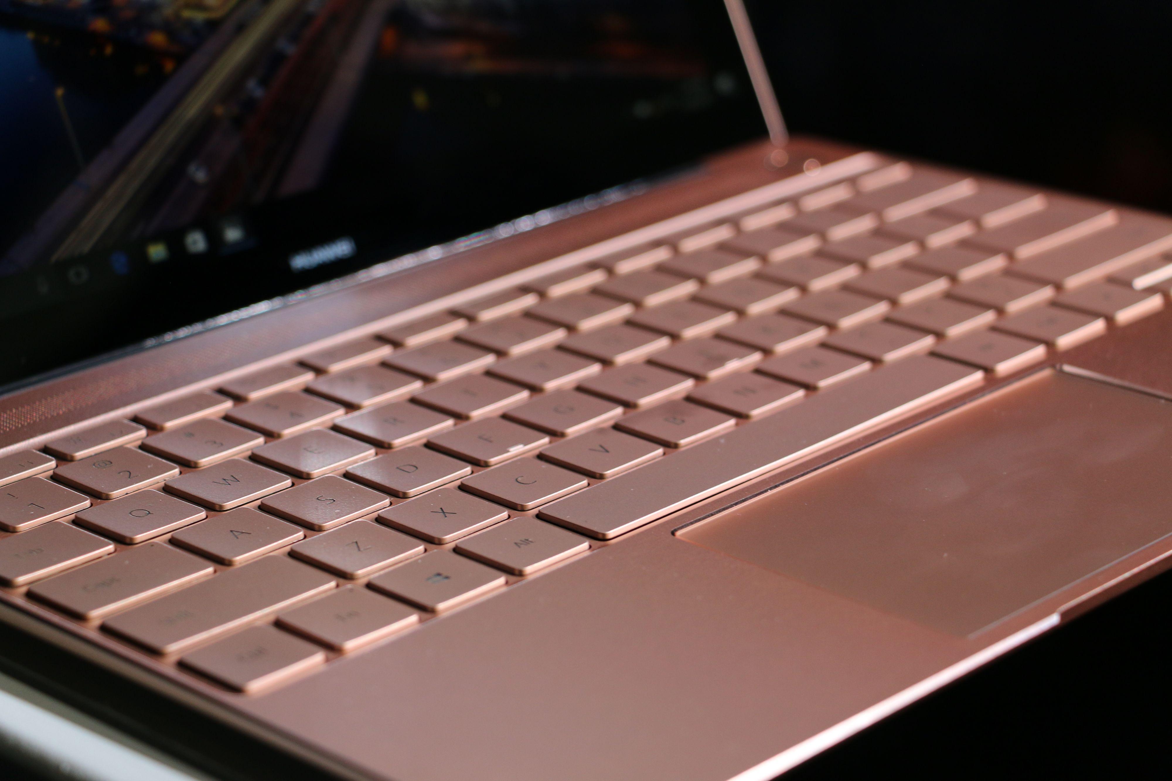 Tastene var gode å taste på under vår raske titt. Tastaturet skal også tåle å få en kaffeskvett over seg.