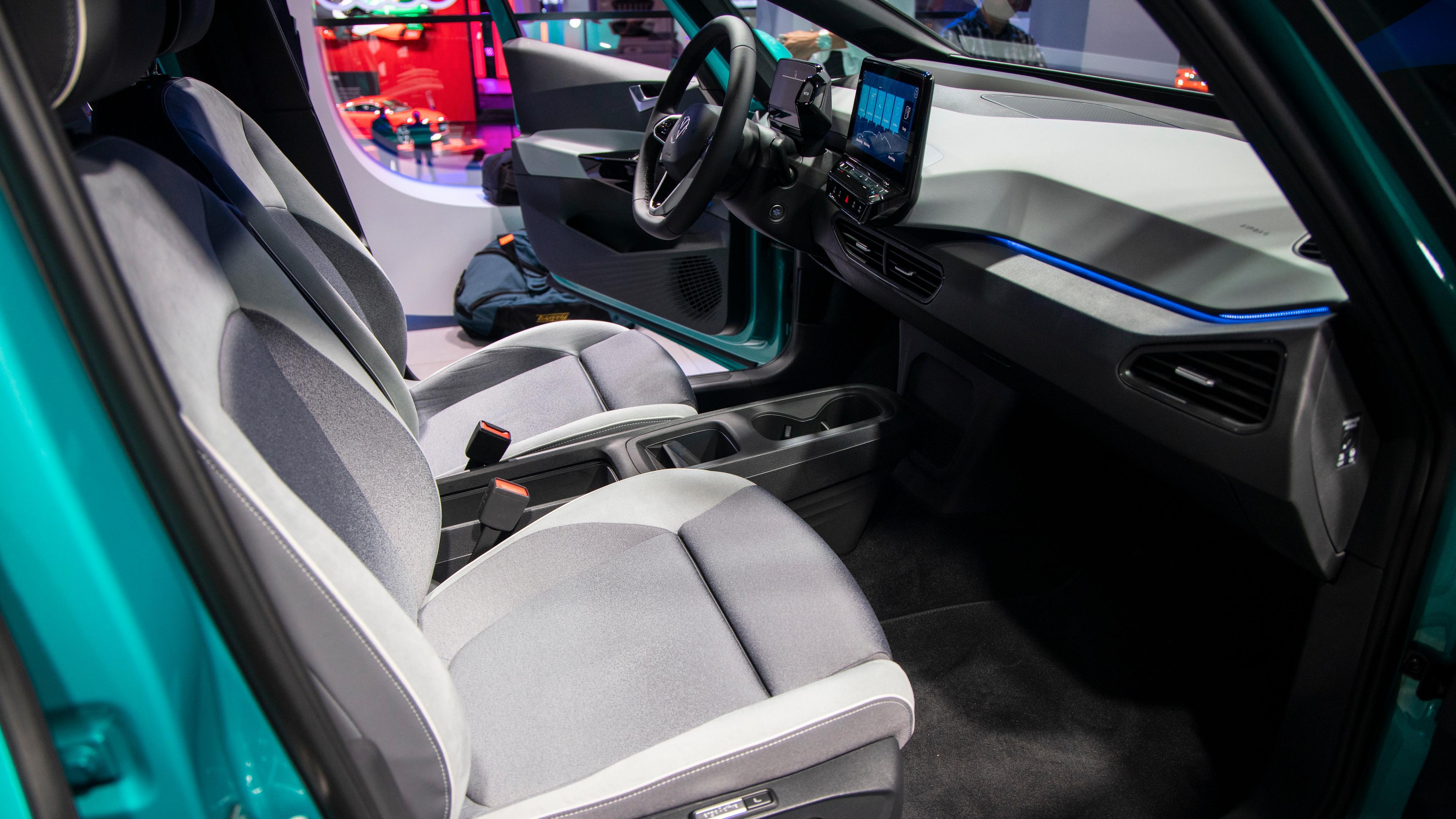 ID.3 føles som en typisk Volkswagen - kanskje ikke luksuriøs, men definitivt funksjonell. Legg merke til den veldig lave midtkonsollen, som gjør at forsetene må ha egne armlener.