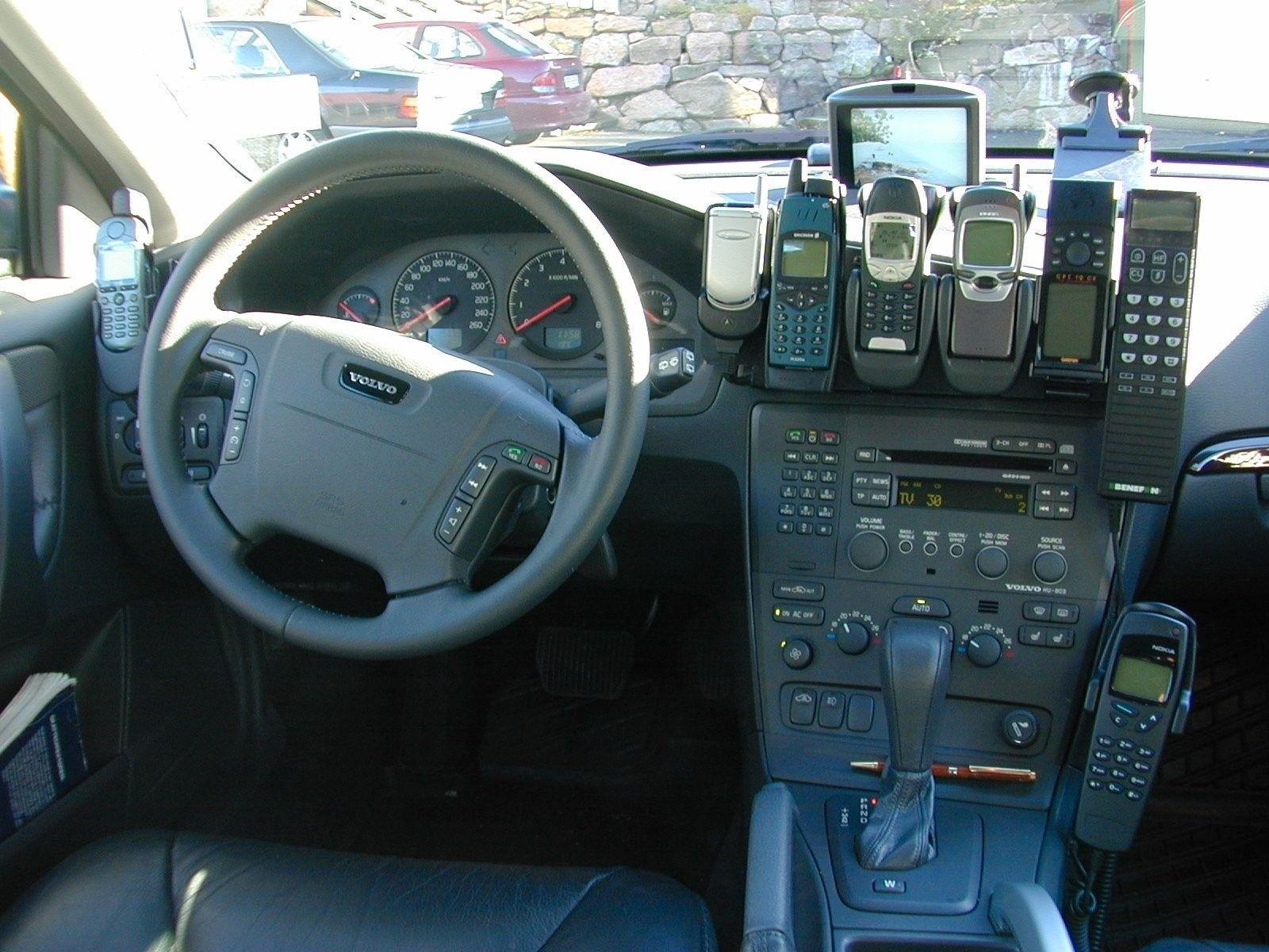 Fra en tidligere dekningsbil. Mange blir sikkert nostalgiske ved synet av disse gamle mobilfavorittene.Foto: Telenor