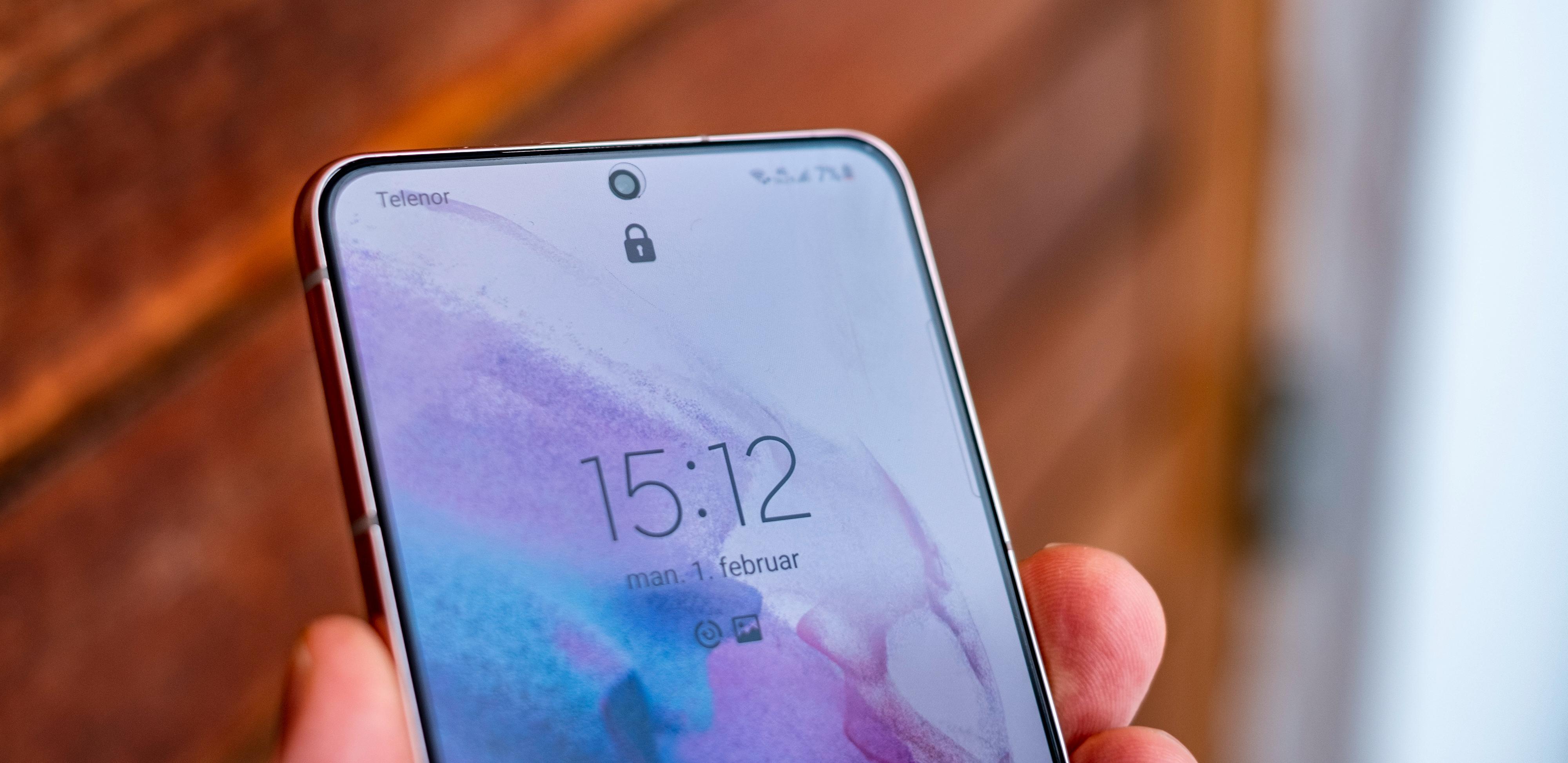 Samsung Galaxy S21 er en meget god mobil, men etter en fersk oppdatering tappes batteriet ekstra fort for strøm.