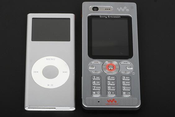 Telefonen er ikke så veldig mye større enn en iPod Nano.
