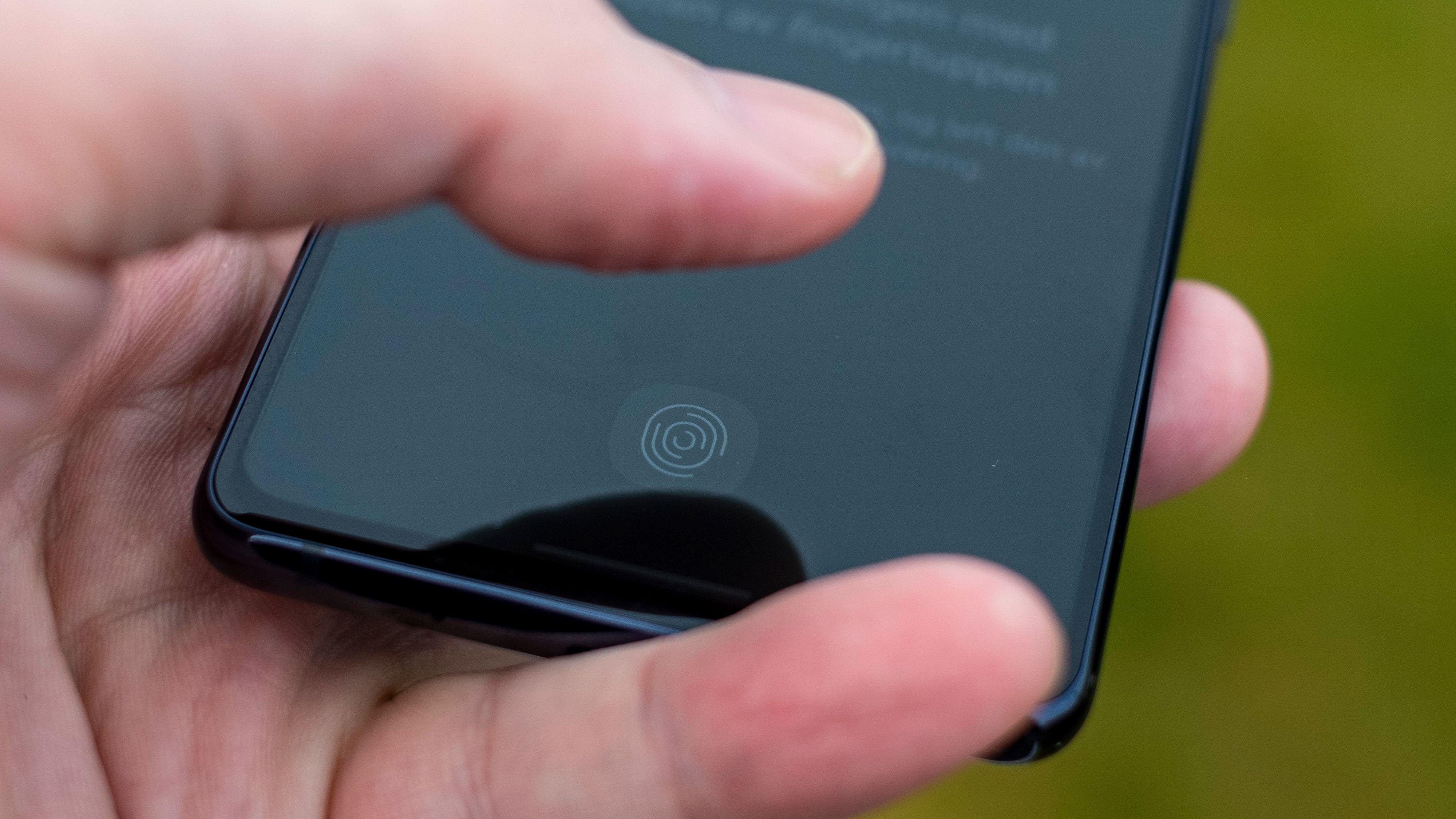 Fingerleseren er optisk i Galaxy S20 FE 5G. Det betyr at den lyser opp når du låser opp telefonen, og bruker et øyeblikk eller to ekstra på å bli sikker på at det er deg. Løsningen fungerer ellers prima.