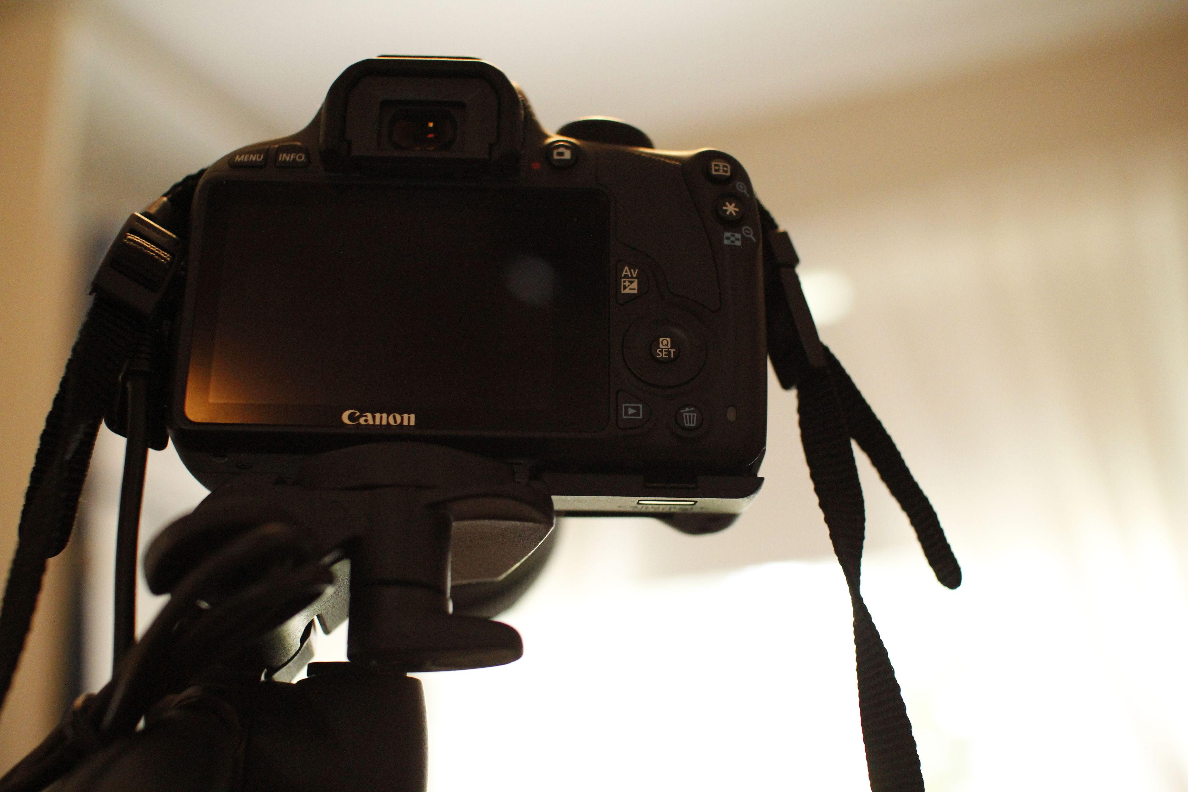 Med kameraet på stativ får man ikke tilgang til batteri eller minnekort. Foto: Paal Mork-Knutsen, Akam.no