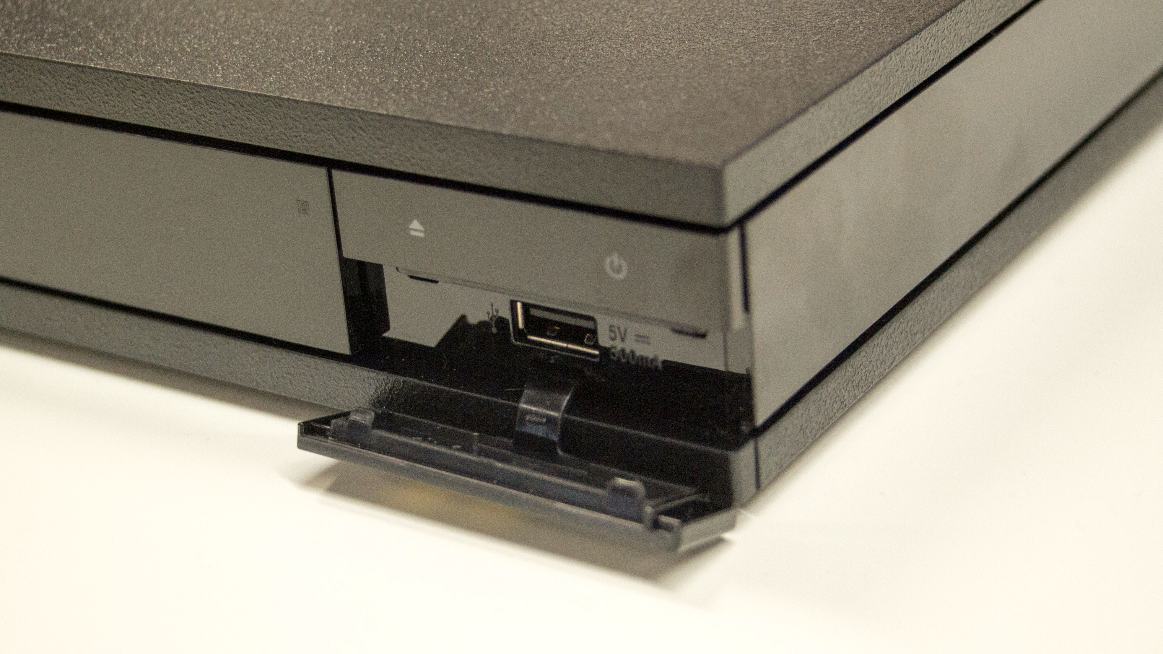 USB fremsideUSB-porten finner du på fremsiden av spilleren.