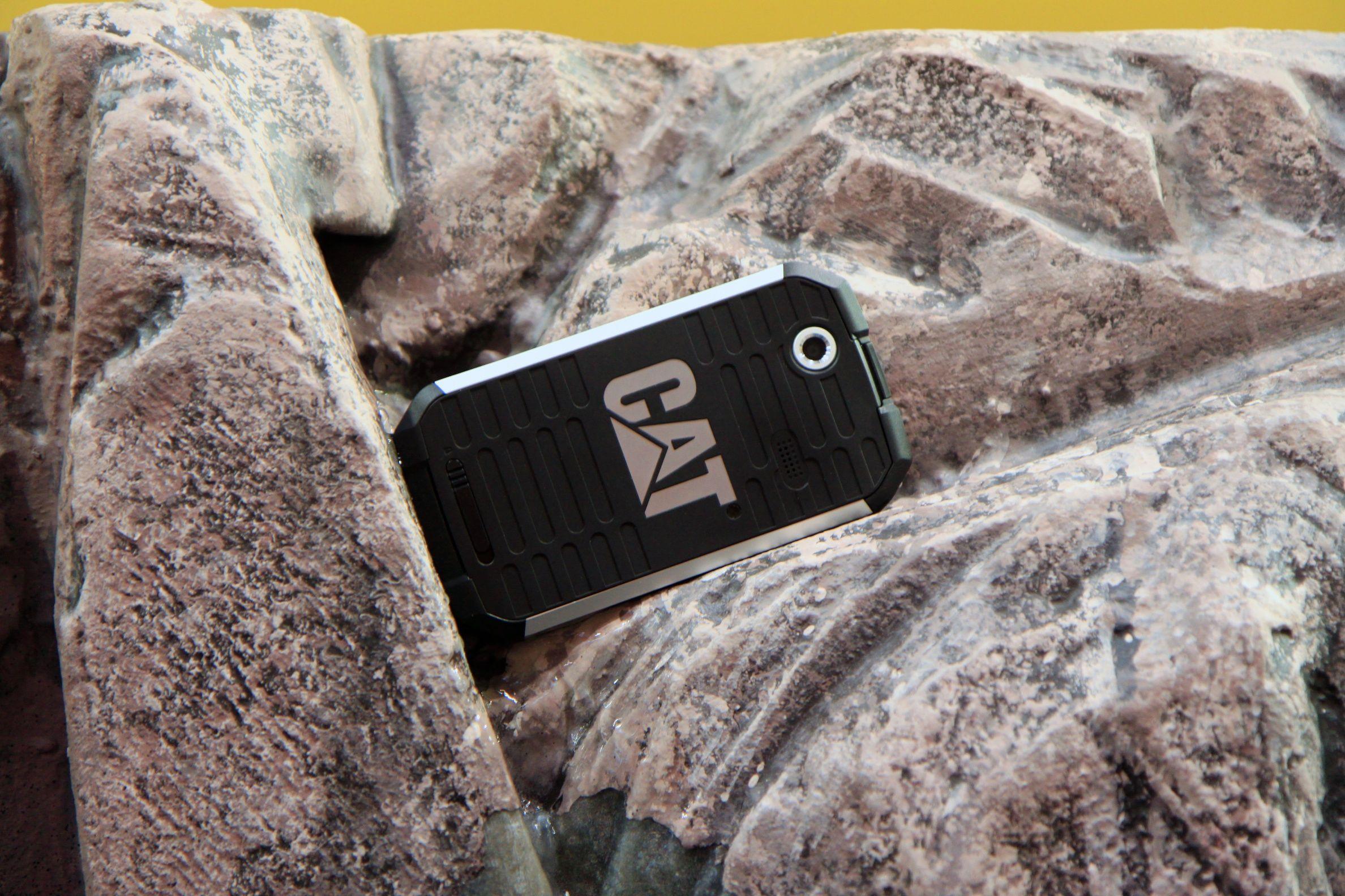 Den store Cat-logoen preger baksiden av telefonen. Foto: Kurt Lekanger, Amobil.no
