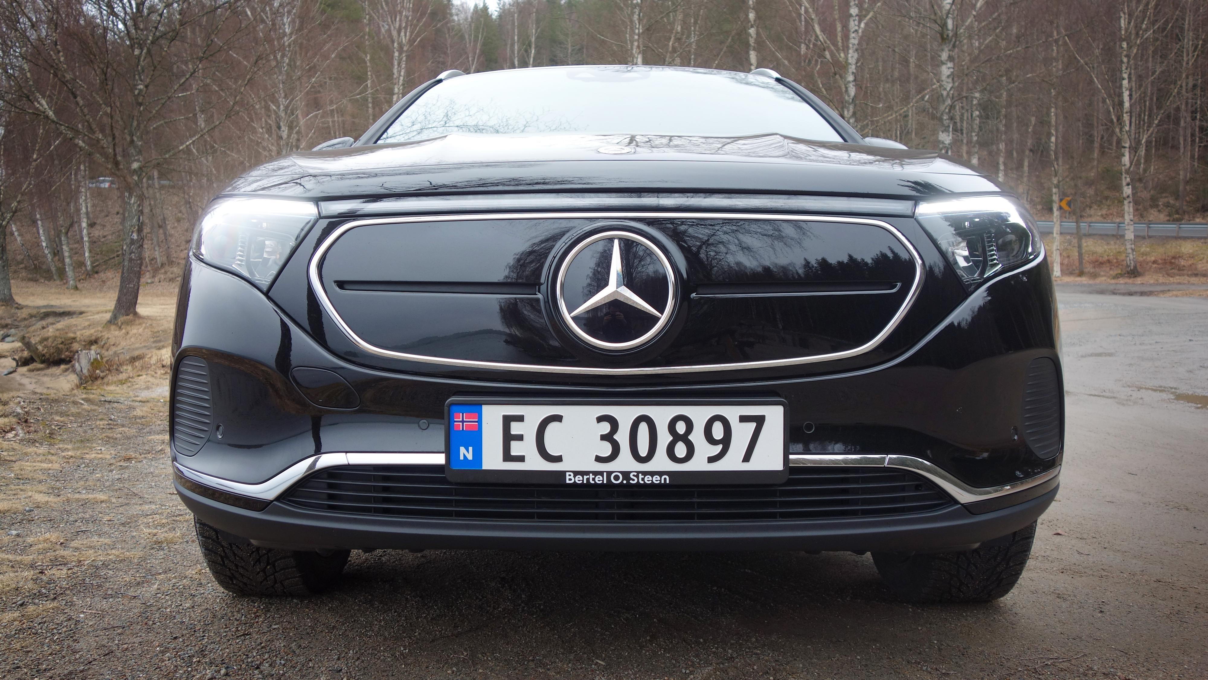 Mercedes forklarer at spenningen ved et lynnedslag kan bli høy nok til å slå over kontaktoren i elbilen - det er den kraftige kontakten som kobler fra driftsbatteriet når bilen ikke er i bruk.