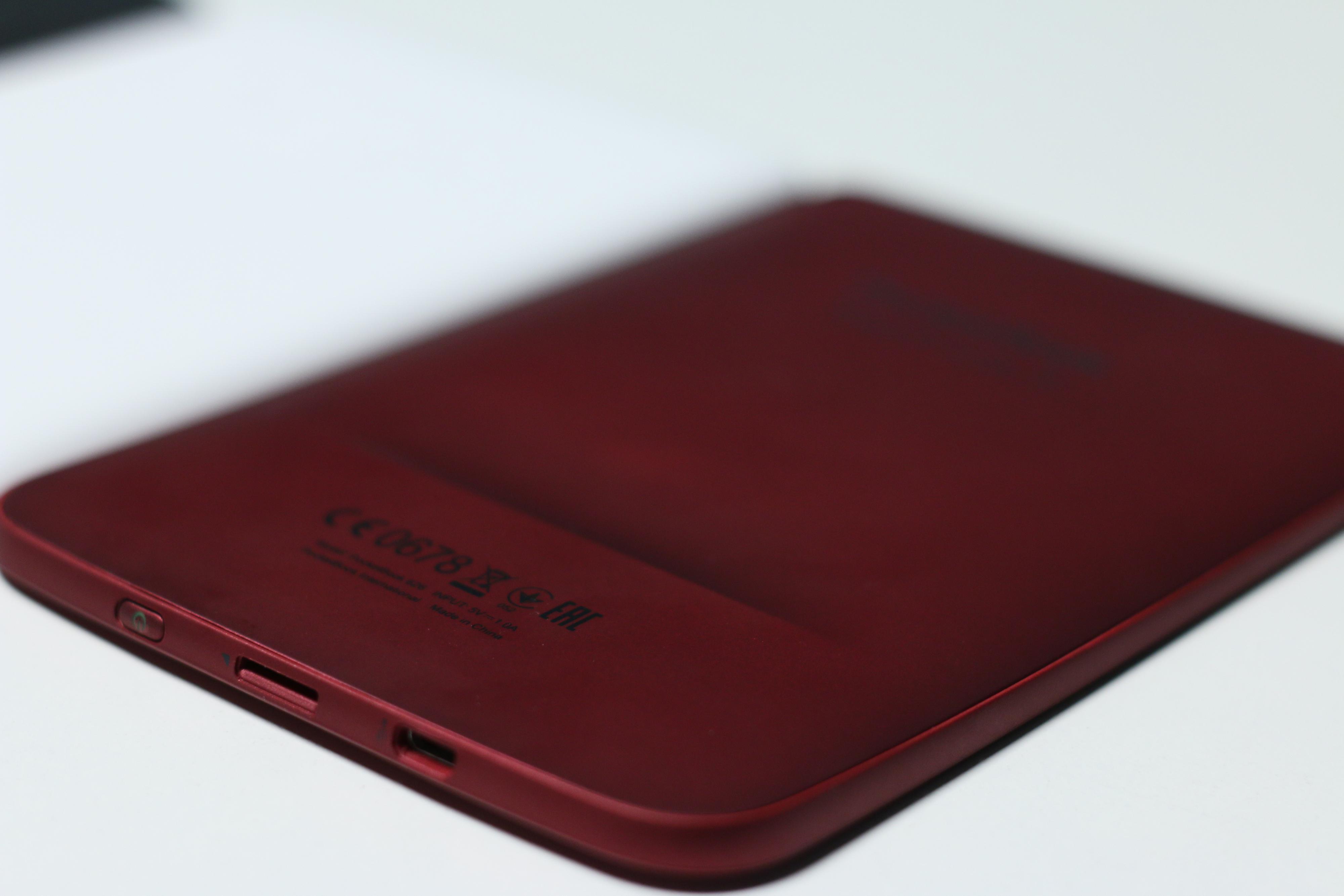 Den vesle kurven på baksiden av PocketBook sikrer at den ikke glir ut av hendene dine når du holder den over lengre perioder – til tross for det glatte materialet.