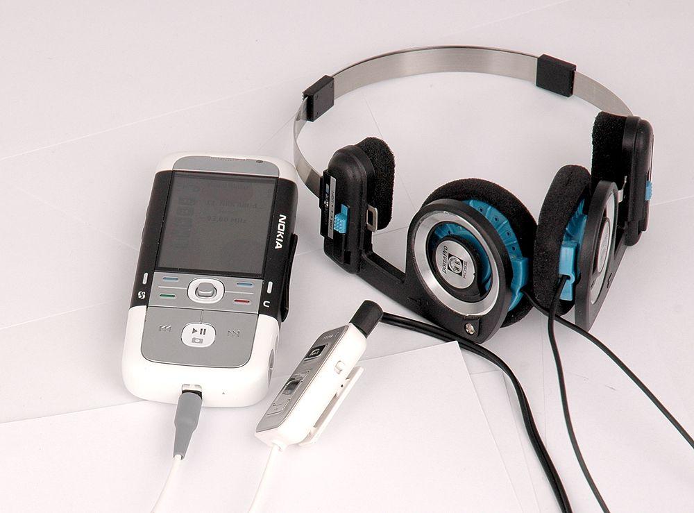 Nokia 5700 med overgang og et bedre hodesett. Overgangen fungerer som antenne.
