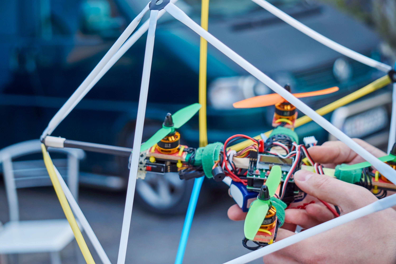 Innenfor ikosaederet var det en nokså ordinær racing-drone som befant seg.