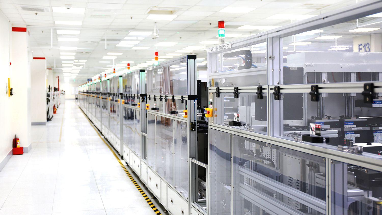 Rad på rad med «tomme» avlukker – vi har vært på besøk hos HTC-fabrikken hvor 9 av 10 arbeidere er roboter