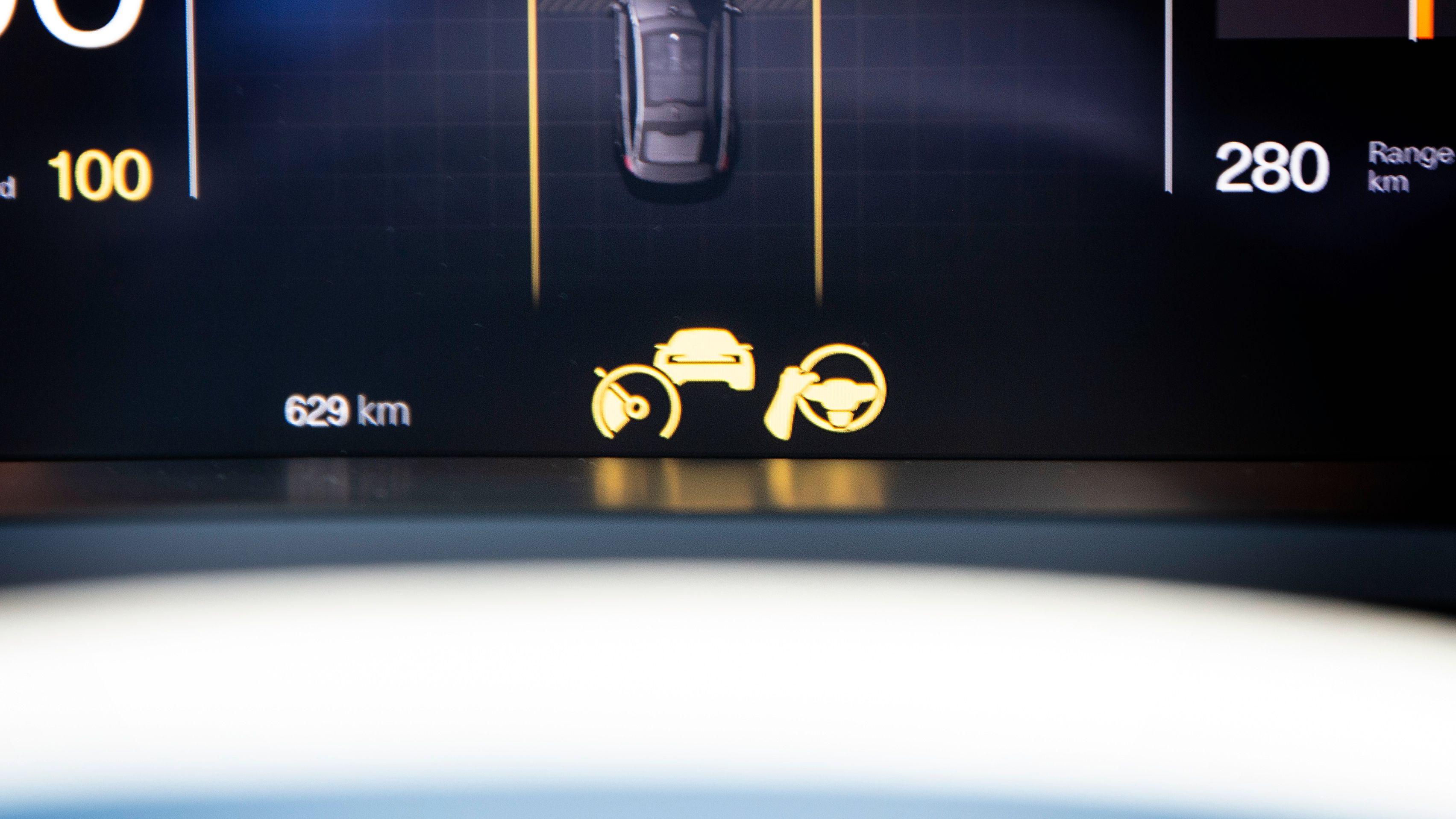 Pilot Assist angis midt i instrumentpanelet. Først aktiveres ikonet til venstre med adaptiv cruisekontroll, deretter Pilot Assist til høyre.