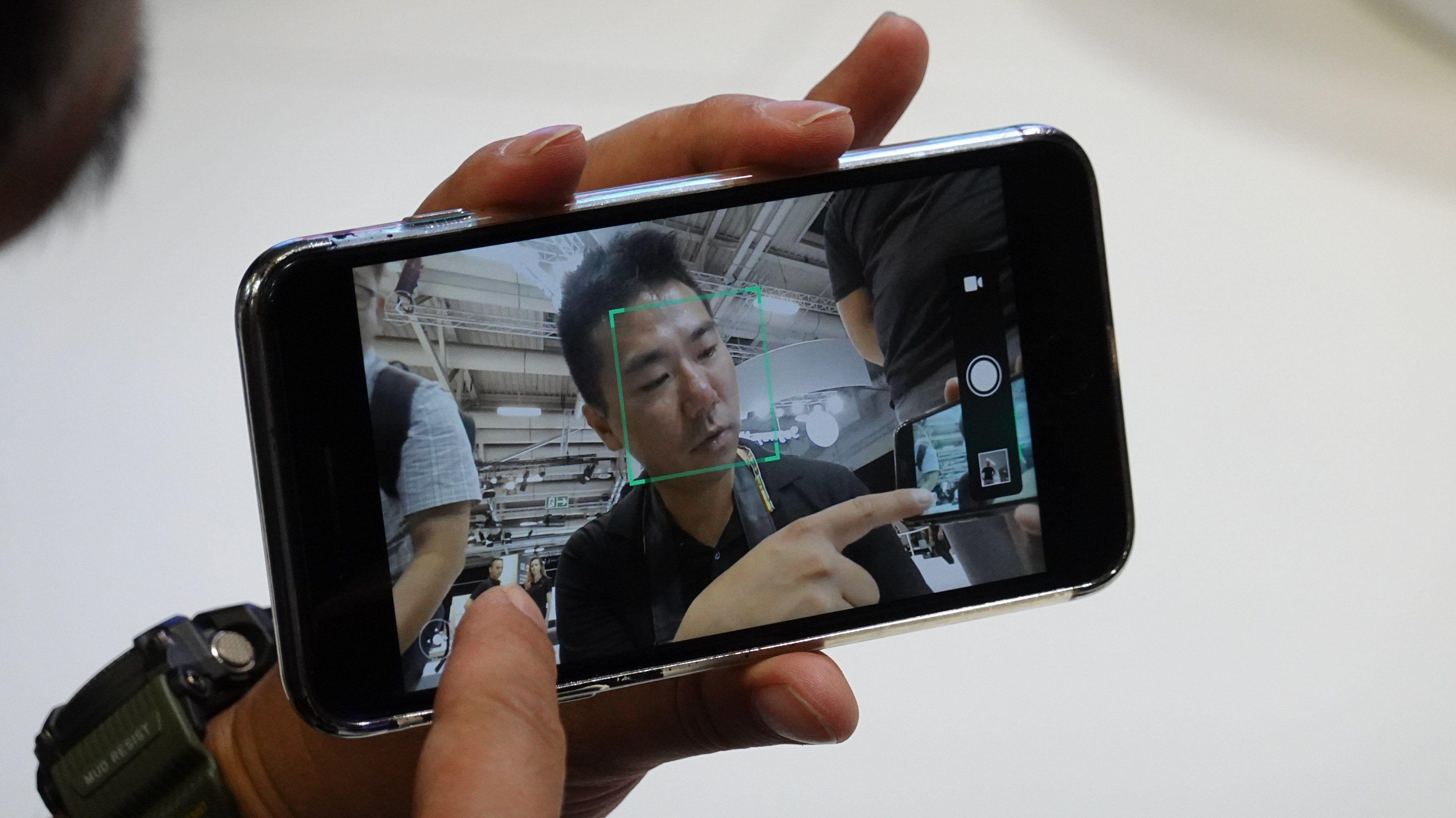 Via en app kan du «se» gjennom robotens kamera og for eksempel ta bilder eller fjernstyre den.