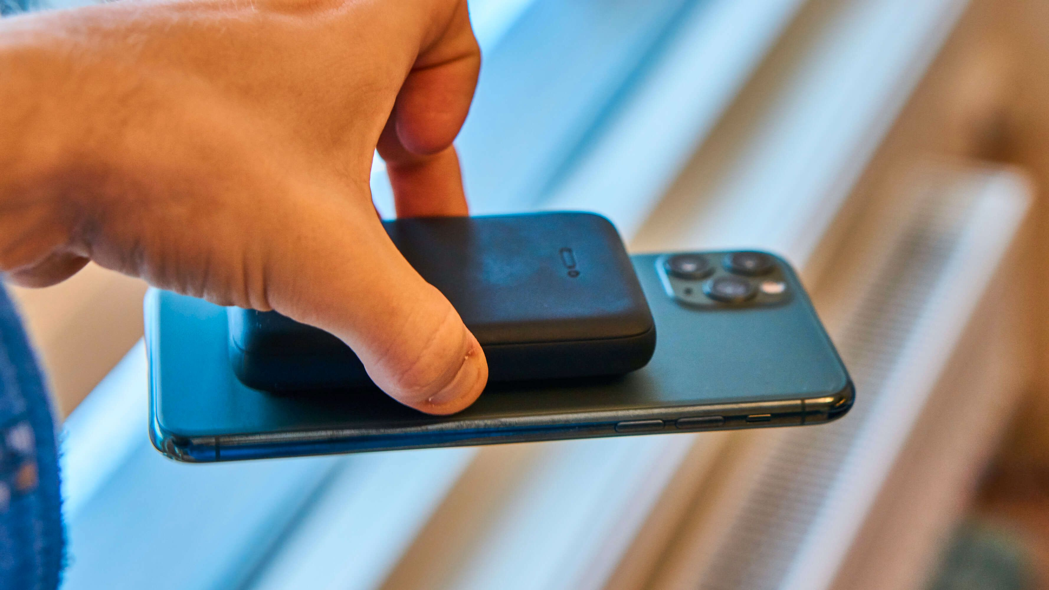 Sugekoppene er kraftige nok til å holde mobilen oppe på egen hånd.