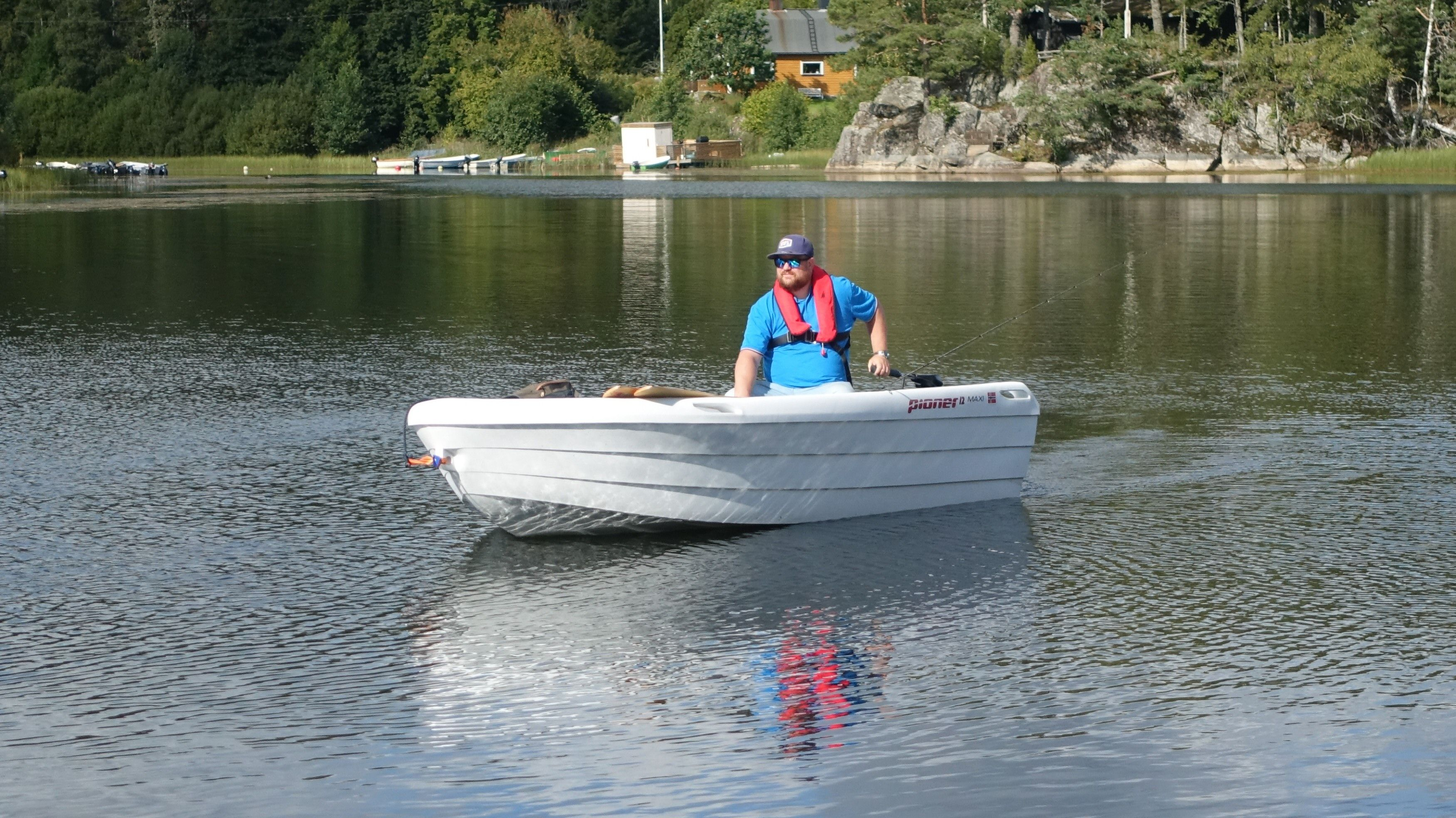 Motoren er sterk nok til at båten fint klarer tre knop. Og den er veldig enkel å styre med et solid utslag.