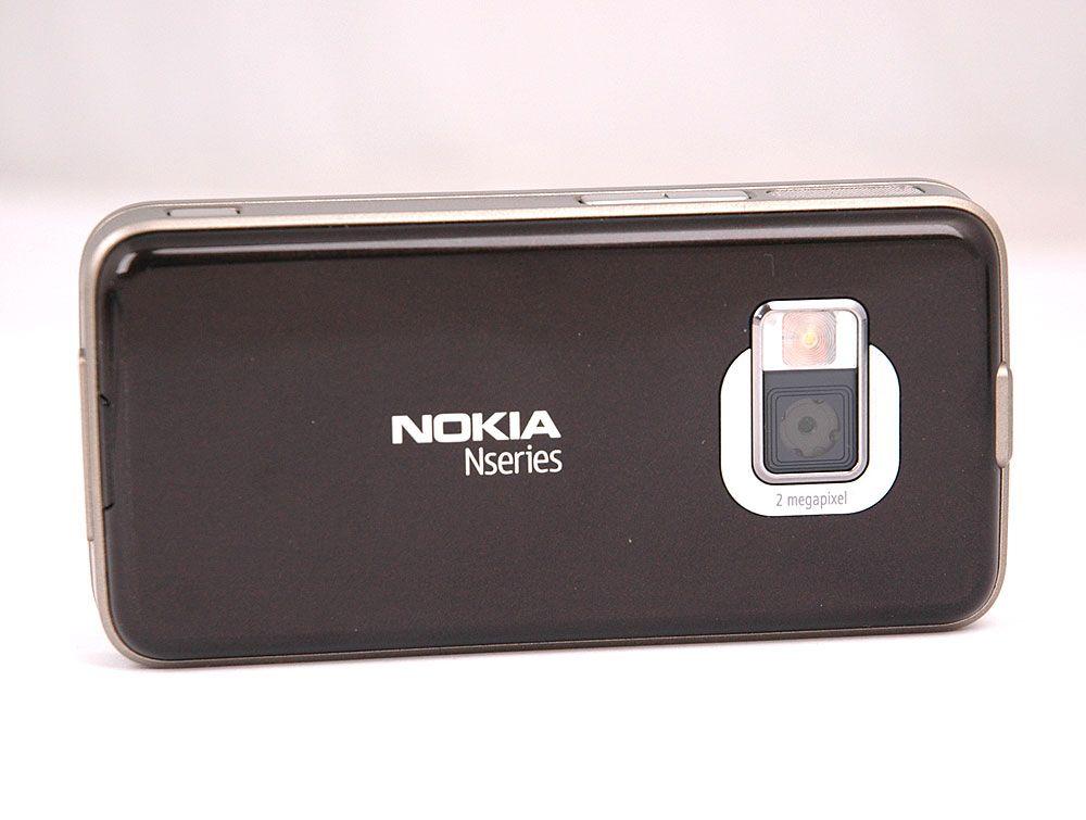 Kameraet på baksiden mangler linsedeksel.