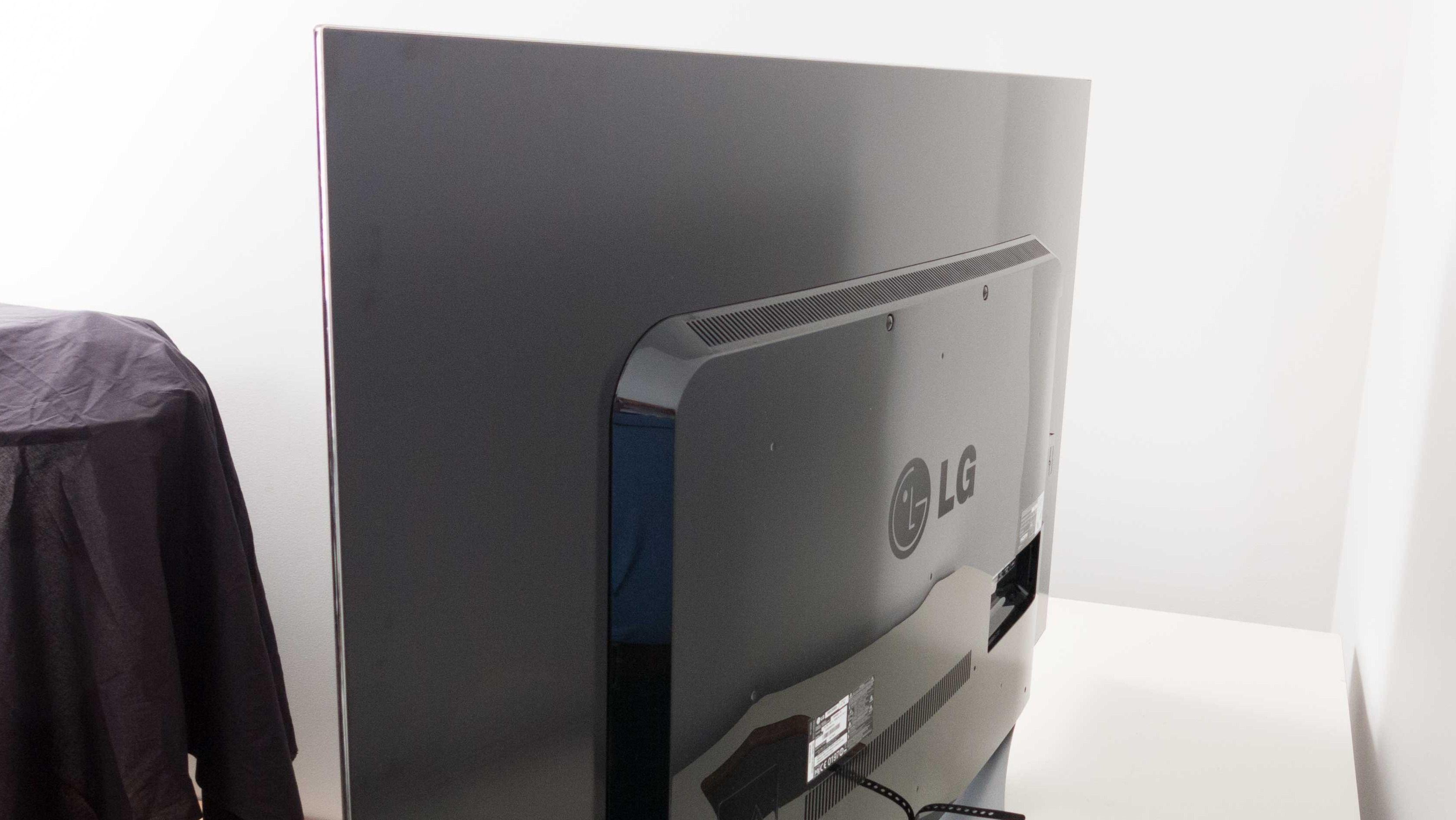Elektronikken sitter plassert i et rektangulært «utbygg» på baksiden av TV-en. Foto: Ole Henrik Johansen / Tek.no