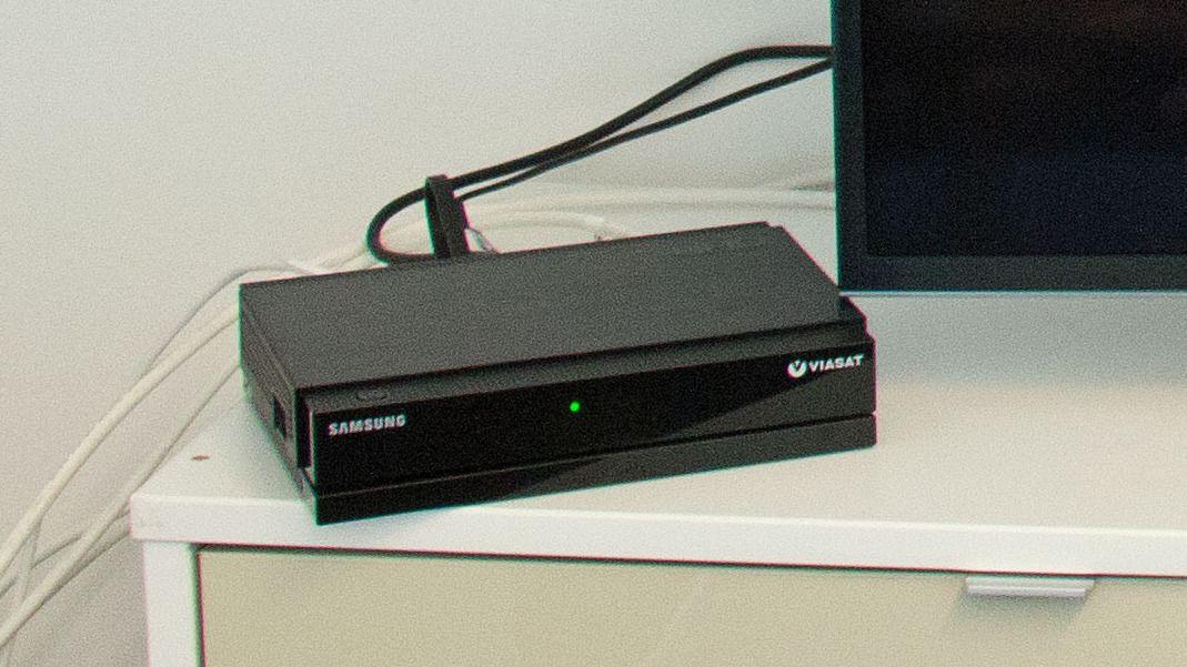 Slik ser dekoderen ut når den eksterne harddisken er koblet til og brukes som underlag for boksen.