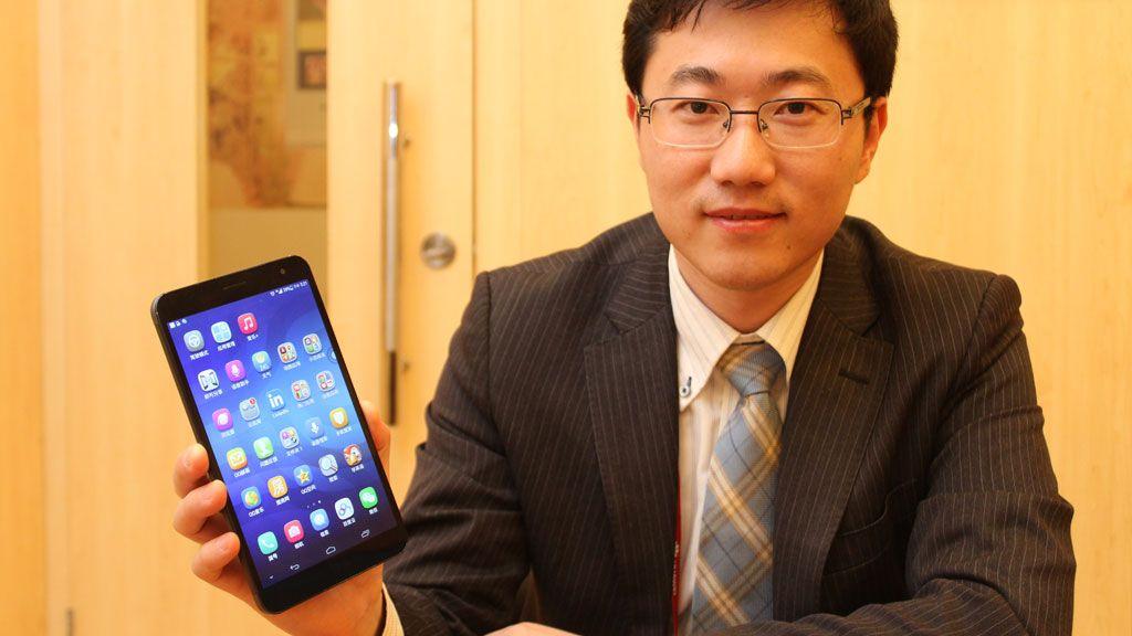Jerry Huang i Huawei med MediaPad X1. Denne mobiltelefonen har en skjerm som måler 7 tommer.Foto: Espen Irwing Swang
