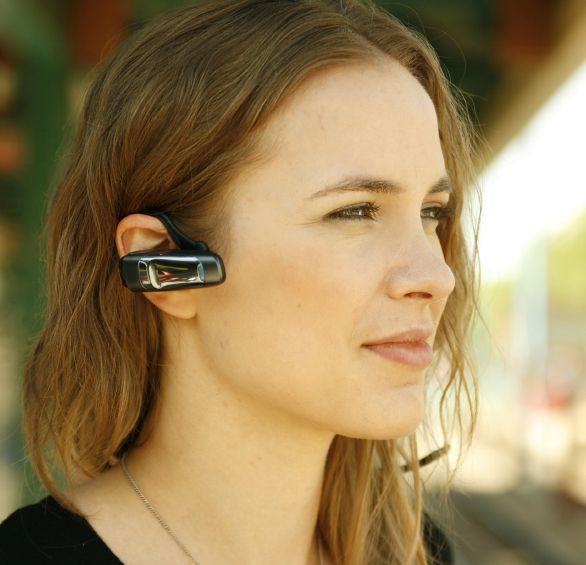 Bluetooth-hodesett frigjør deg fra ledningsrotet. (Foto: Neil Speers / Istockphoto)
