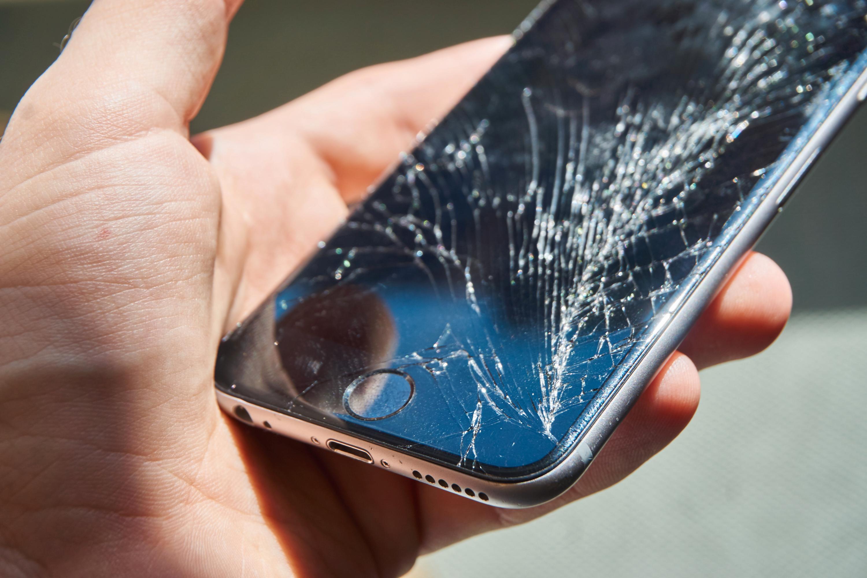 Slik så undertegnedes kollega sin iPhone 6 ut etter et særdeles ublidt møte med et parkettgulv.
