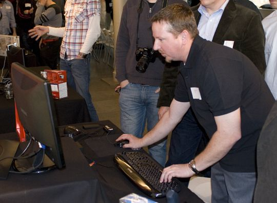 Microsofts Bill Jukes viser frem SideWinder Mouse