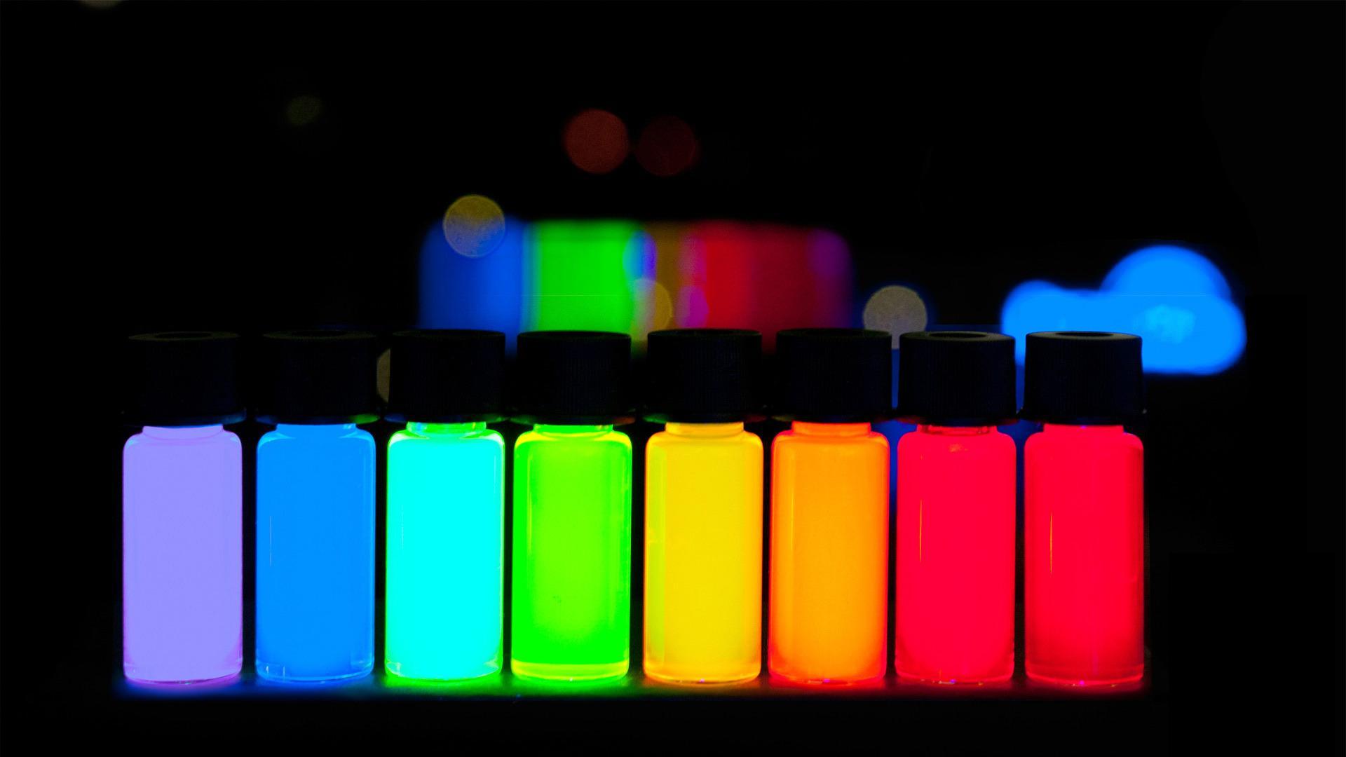 Quantum dots vises frem i et laboratorie. Ulike størrelse på kvanteprikkene gjør at de avgir ulike farger. Foto: Wikipedia