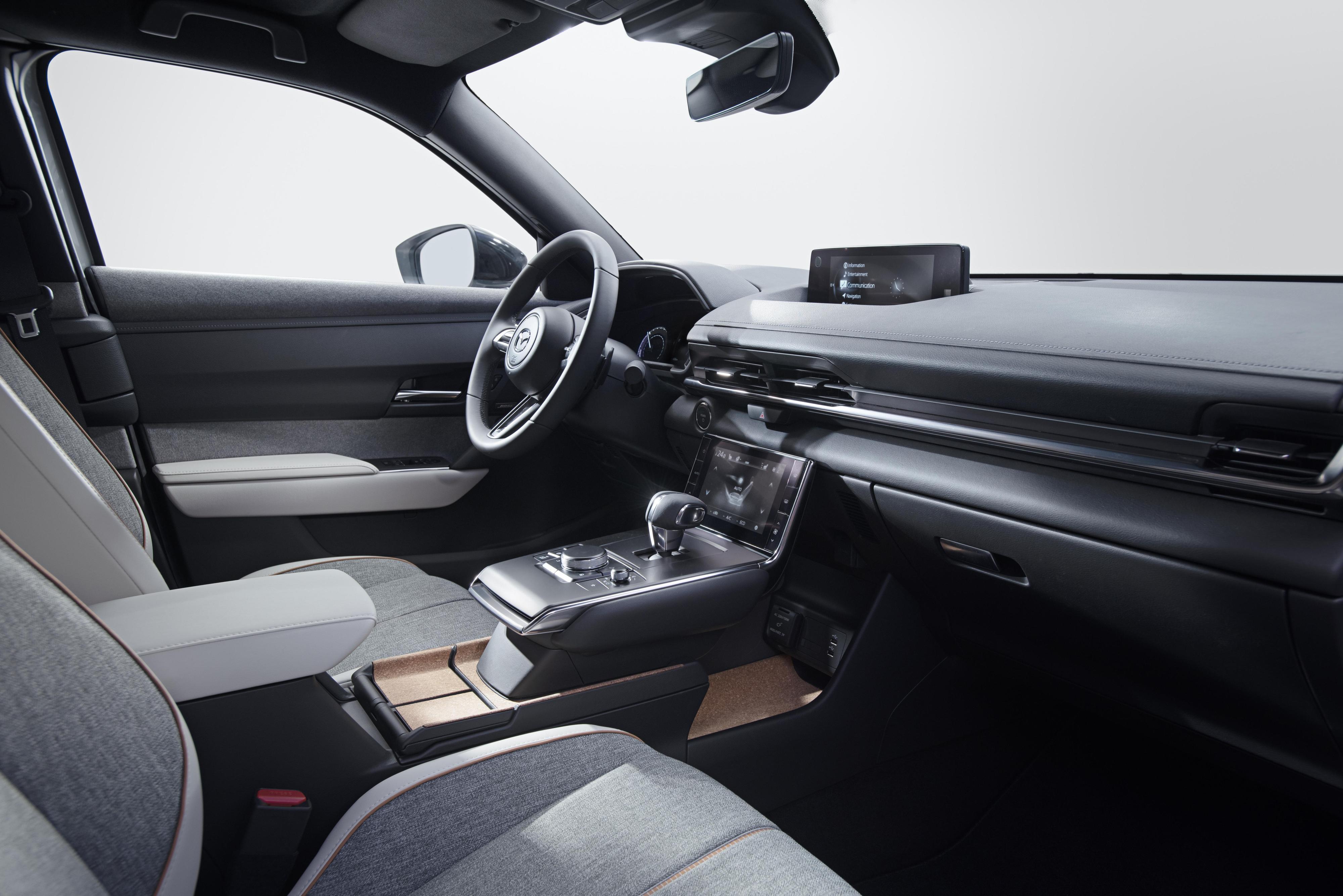 En touchskjerm for å håndtere blant annet klimaanlegget er nytt for Mazda. First Edition vil også komme med head up-display.