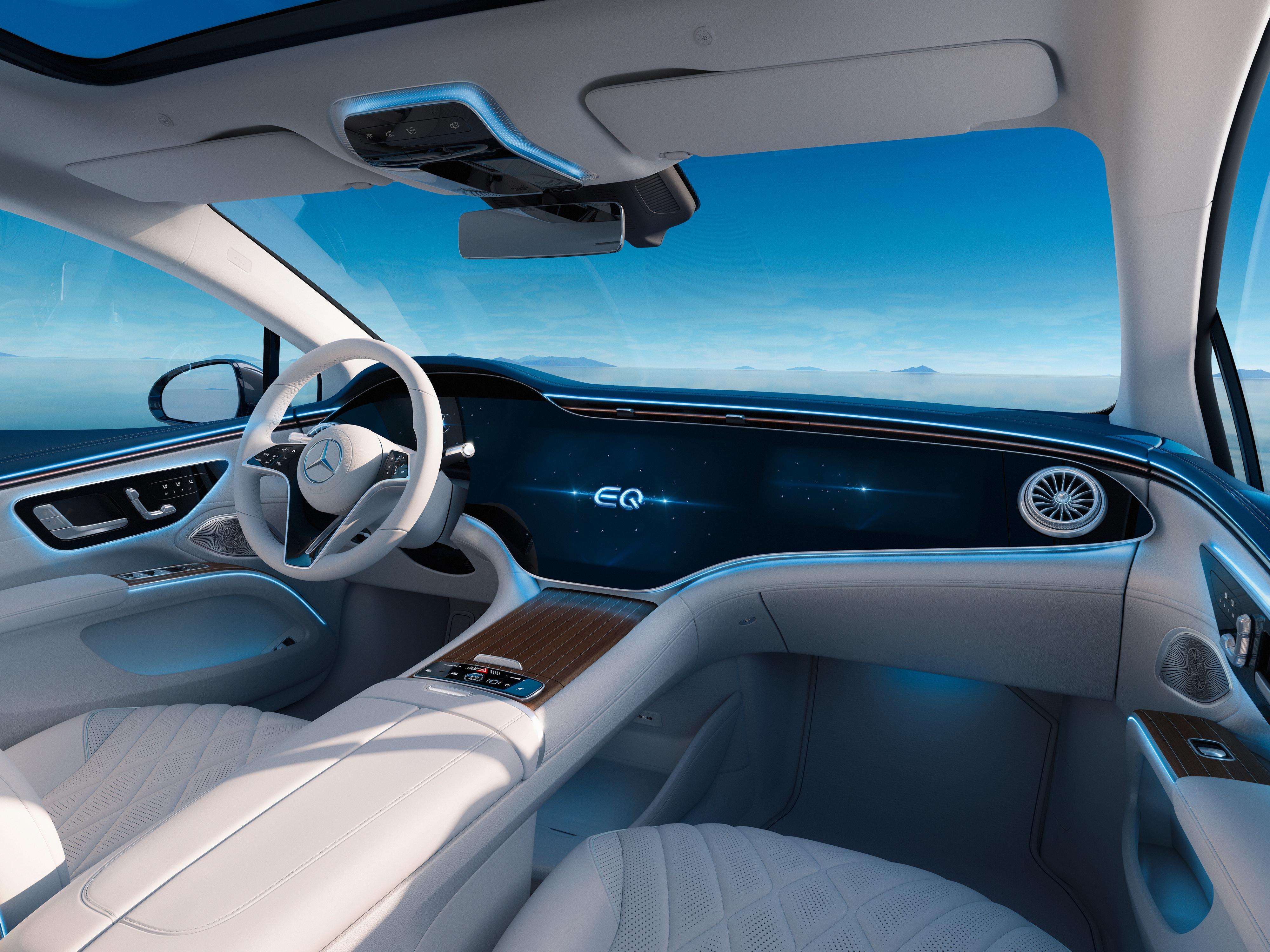 Den gigantiske Hyperscreen-skjermen i EQS preger unektelig førermiljøet. Den måler 56 tommer og er egentlig tre skjermer i én, men er ikke standardutstyr i bilen.