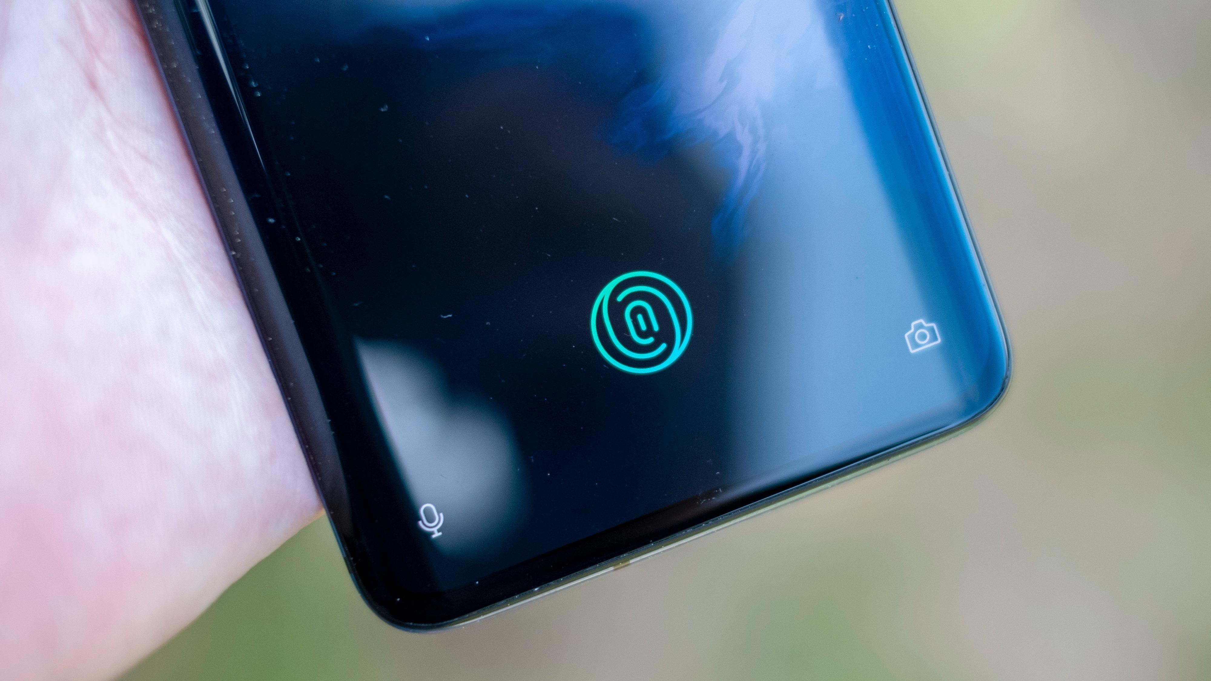 Fingerleseren reagerer svært raskt. Med mindre du har låser opp med ansiktet ditt - ofte låser OnePlus 7 Pro opp raskere enn du rekker å legge tommelen nedpå skjermen.