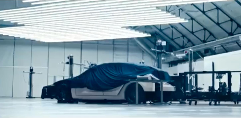 Hva er denne mystiske bilen? Spekulasjonene har gått heftig etter Teslas skrytevideo ved slutten av forrige kvartal.